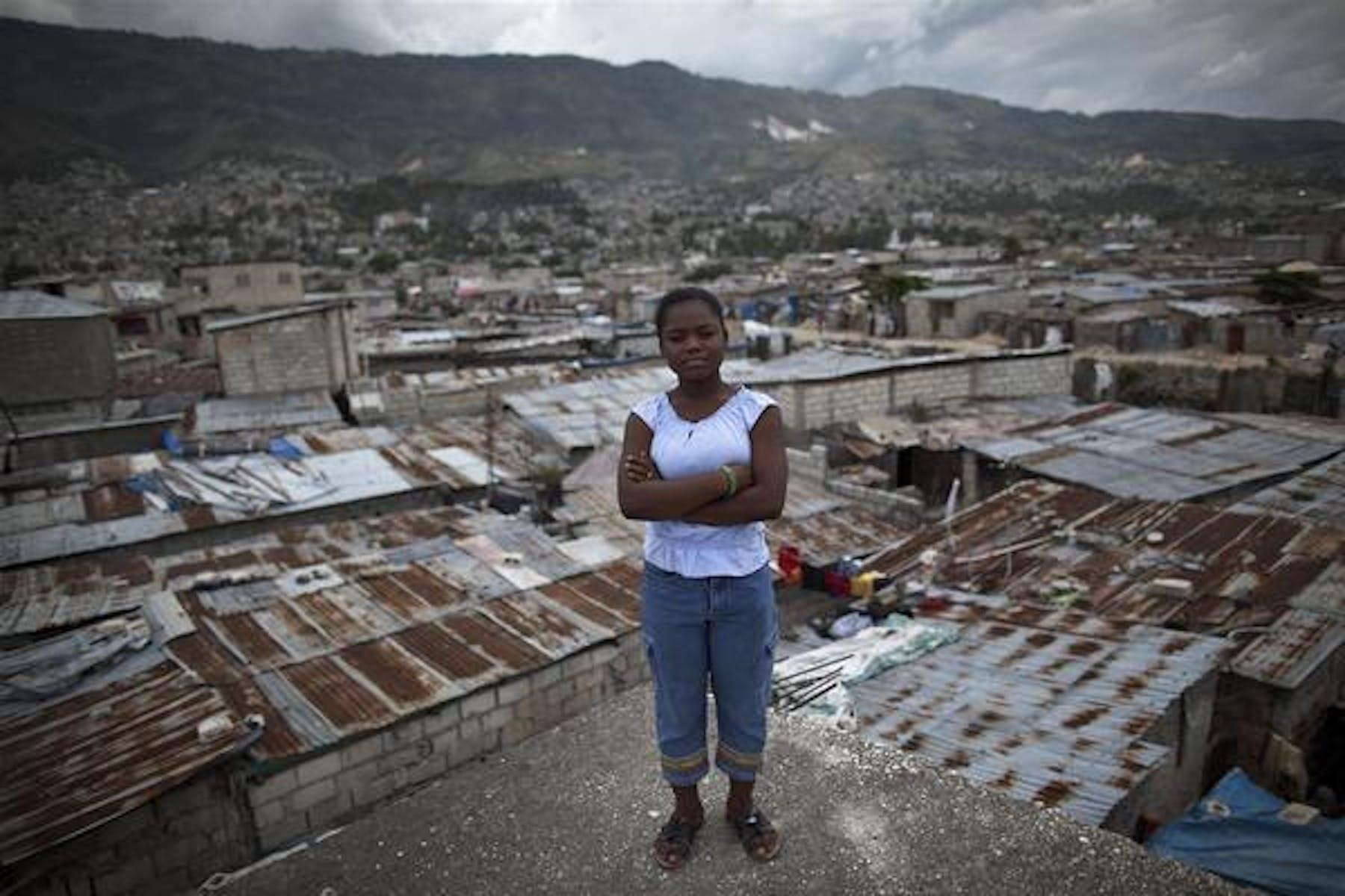 Lovelie, 14 anni, sul tetto della sua abitazione a Cité Plus, sobborgo della capitale di Haiti, Port-au-Prince - ©UNICEF/NYHQ2012-0936/M.Dormino