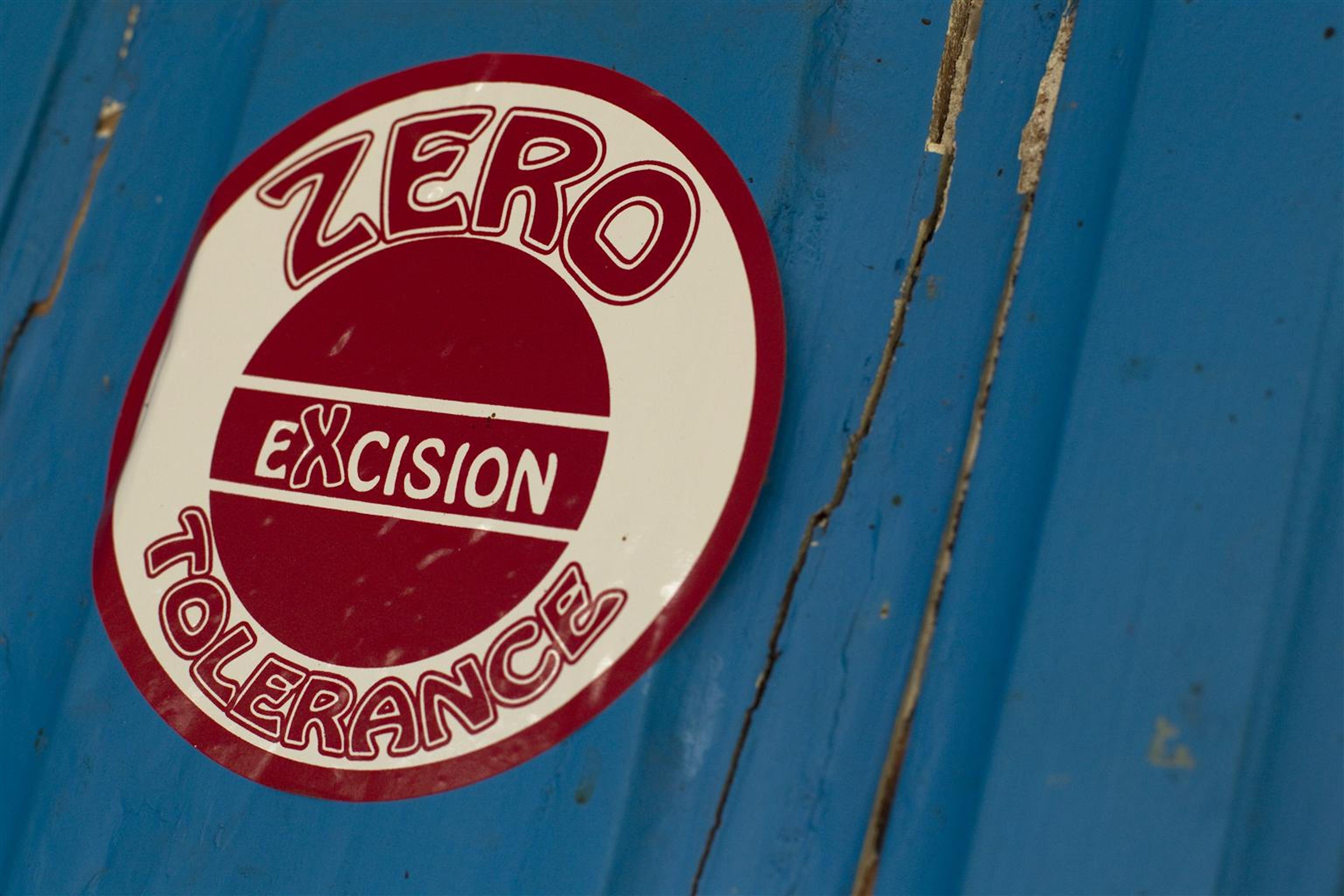 Un adesivo della campagna per la fine dell'escissione nel distretto di Séguéla (Costa d'Avorio) - ©UNICEF/NYHQ2011-0259/Asselin
