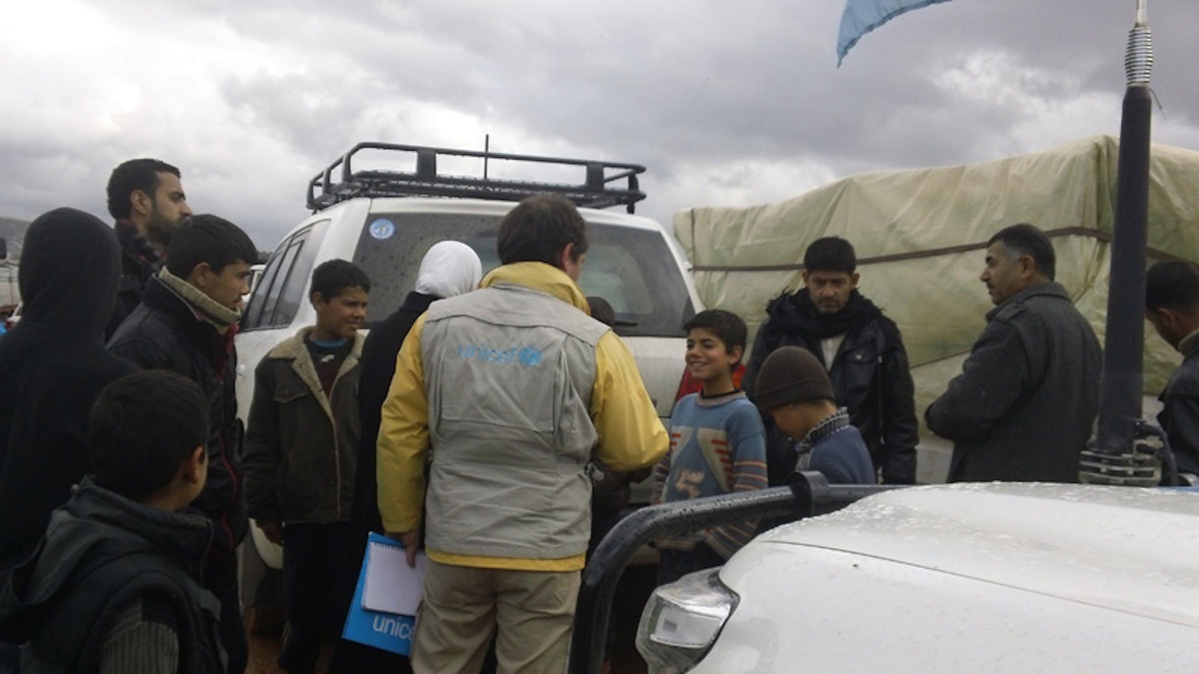 L'arrivo di un carico UNICEF di abiti invernali, pannolini e altri beni per l'infanzia nel campo per sfollati di Karameh (Siria) - ©UNICEF Siria/2013/Bastien Vigneau