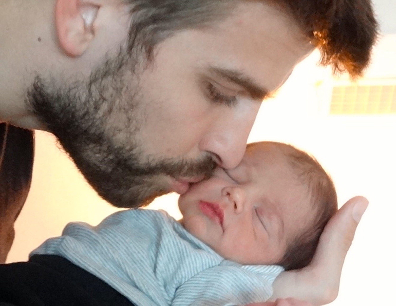 Il compagno di Shakira, Gerard Piqué, con il piccolo Milan - ©www.Shakira.com/2013