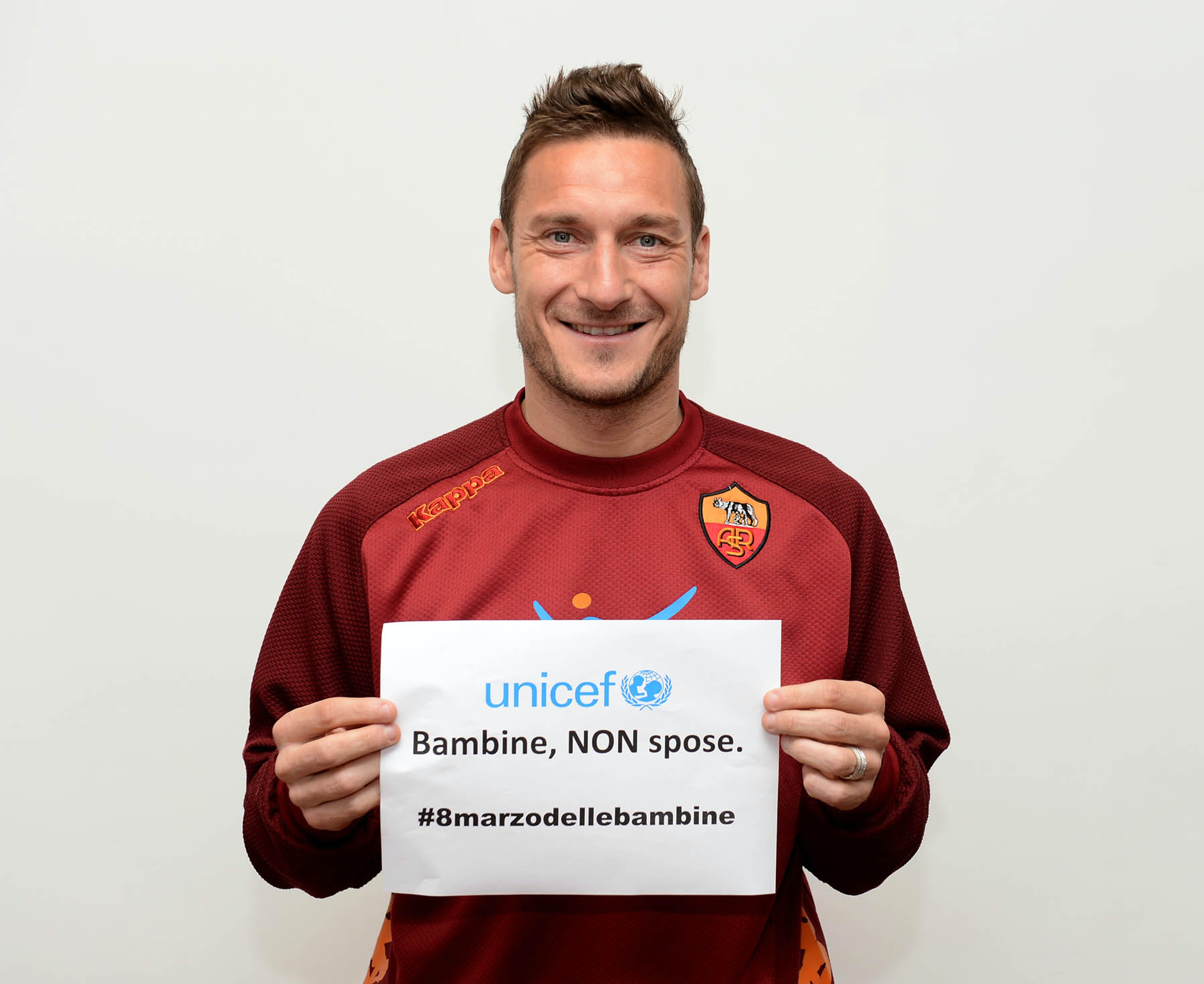 Francesco Totti con il messaggio dell'iniziativa #8marzodellebambine - Bambine non spose - ©AS Roma/2013