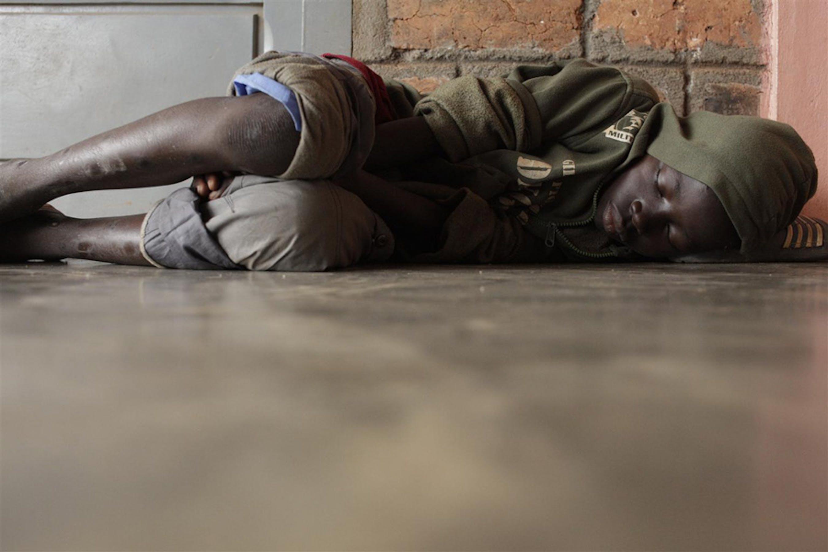 Un bambino dorme sul pavimento di un Centro di accoglienza per bambini di strada a Bangui, capitale della Repubblica Centrafricana - ©UNICEF/NYHQ2012-1167/Sokol