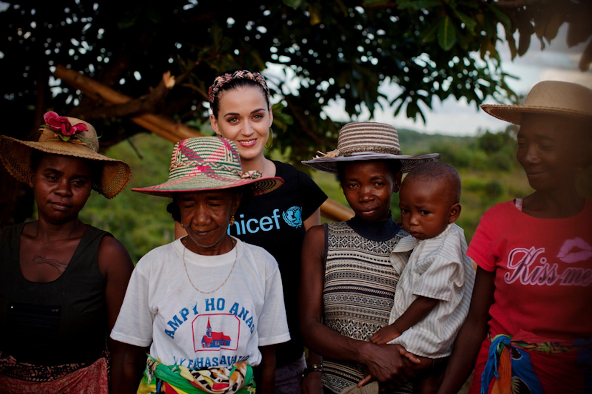 Katy Perry con un gruppo di donne durante la visita nel villaggio di Ampihaonana, in Madagascar - ©UNICEF/NYHQ2013-0172/Holt