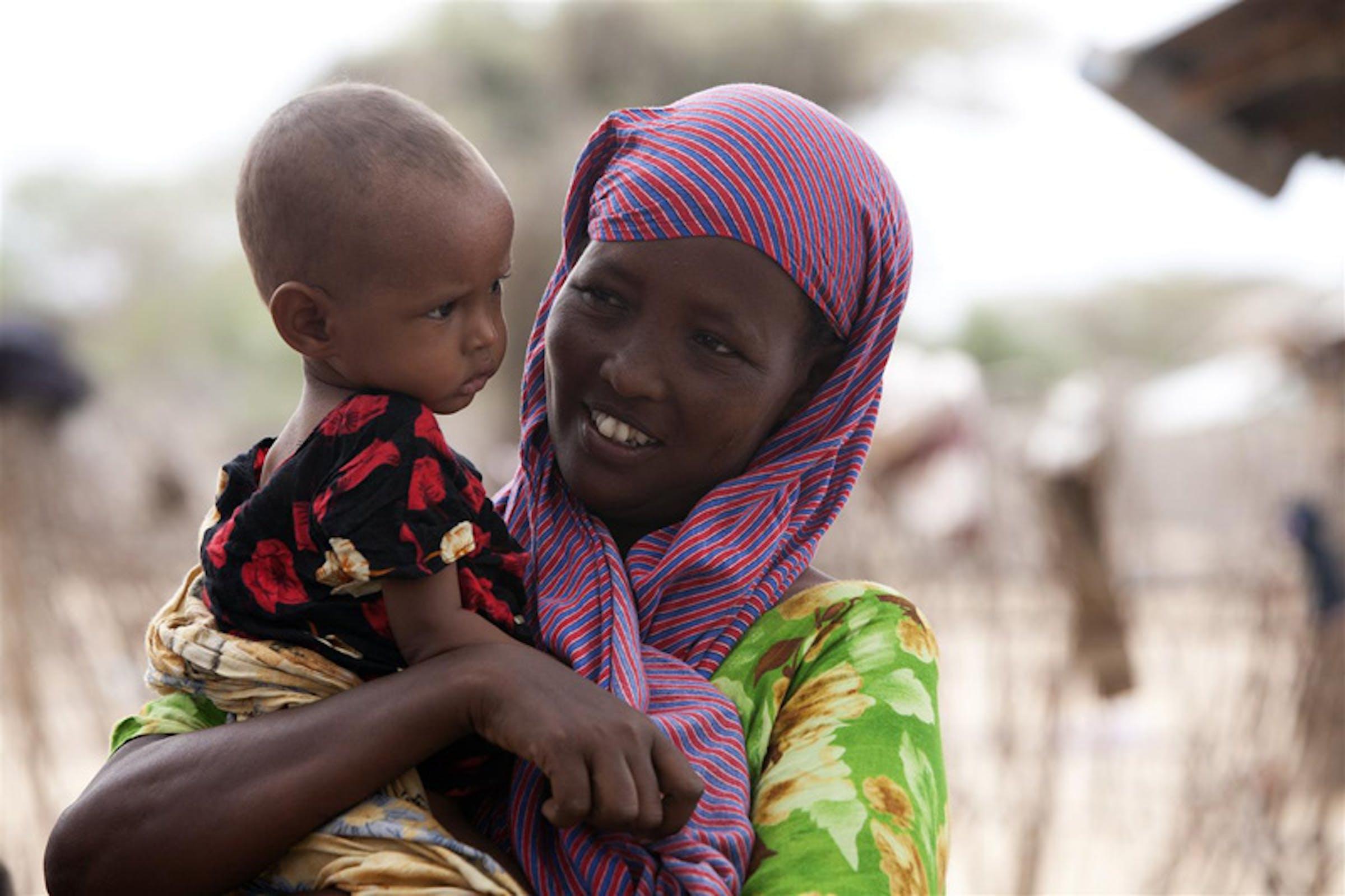Una donna somala con il suo bambino durante una recente campagna di vaccinazione contro il morbillo finanziata dall'UNICEF - ©UNICEF/NYHQ2011-1206/S.Modola