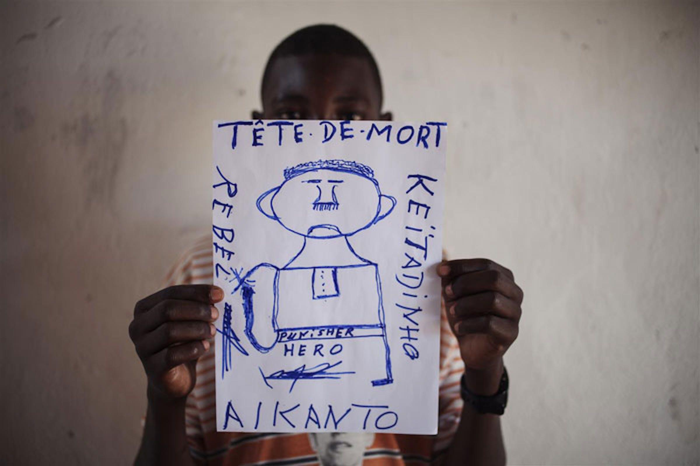 Un ex bambino soldato (16 anni) della Repubblica Centrafricana mostra l'orrore della guerra attraverso i suoi disegni, dopo la sua smobilitazione da una milizia ribelle (CPJP) - ©UNICEF/NYHQ2012-1159/Sokol