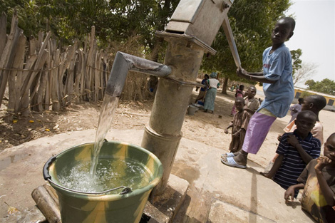 Una bambina aziona una pompa idraulica installata dall'UNICEF nel cortile della sua scuola, nel villaggio di Oulampane (Senegal) - ©UNICEF/NYHQ2007-1016/Asselin
