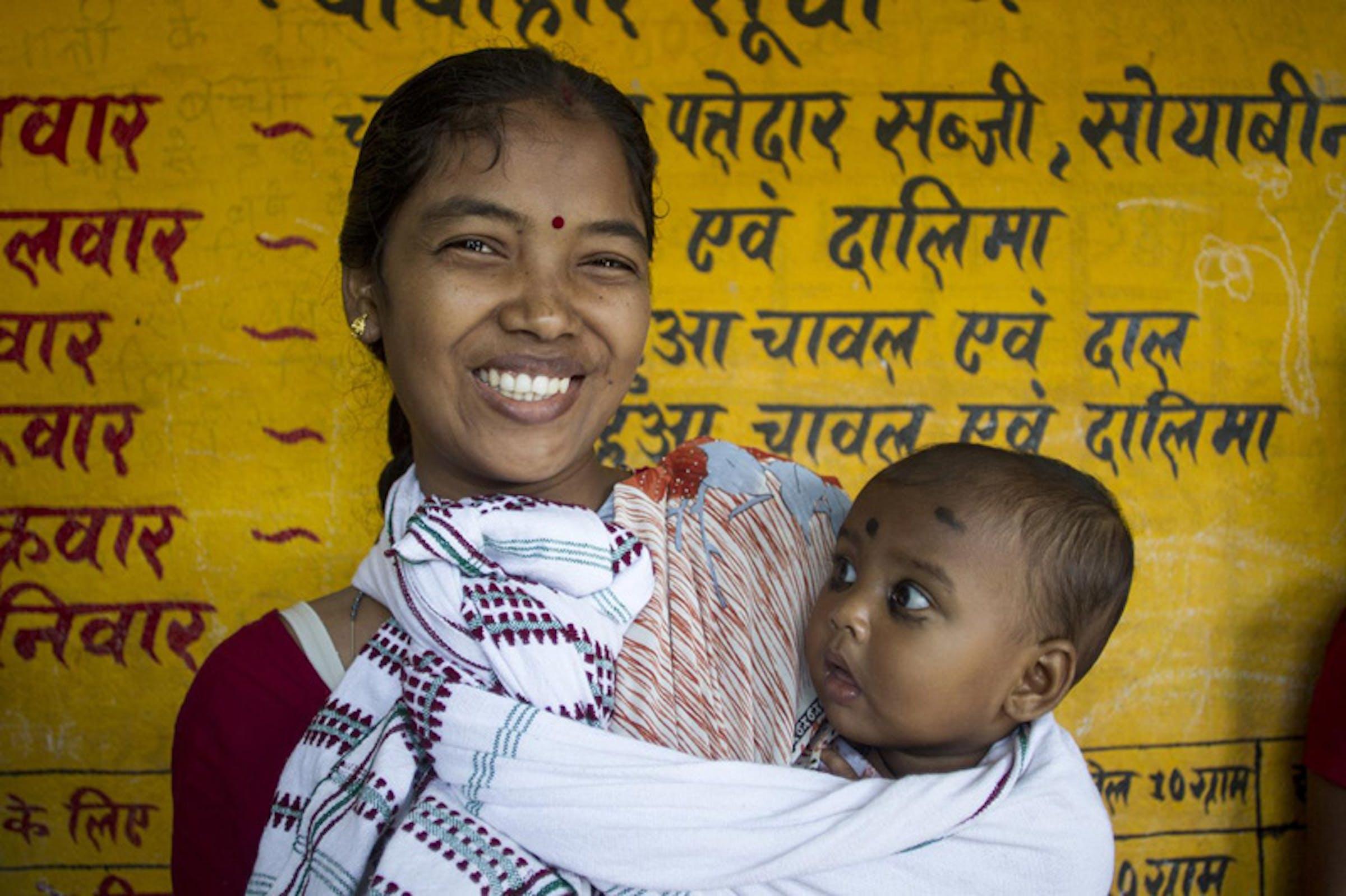 Vinita Linda con la sua bambina Ankakhsha (8 mesi) in un Centro comunitario per il monitoraggio dello stato nutrizionale - ©UNICEF India/2012-0559/Dhiraj Singh