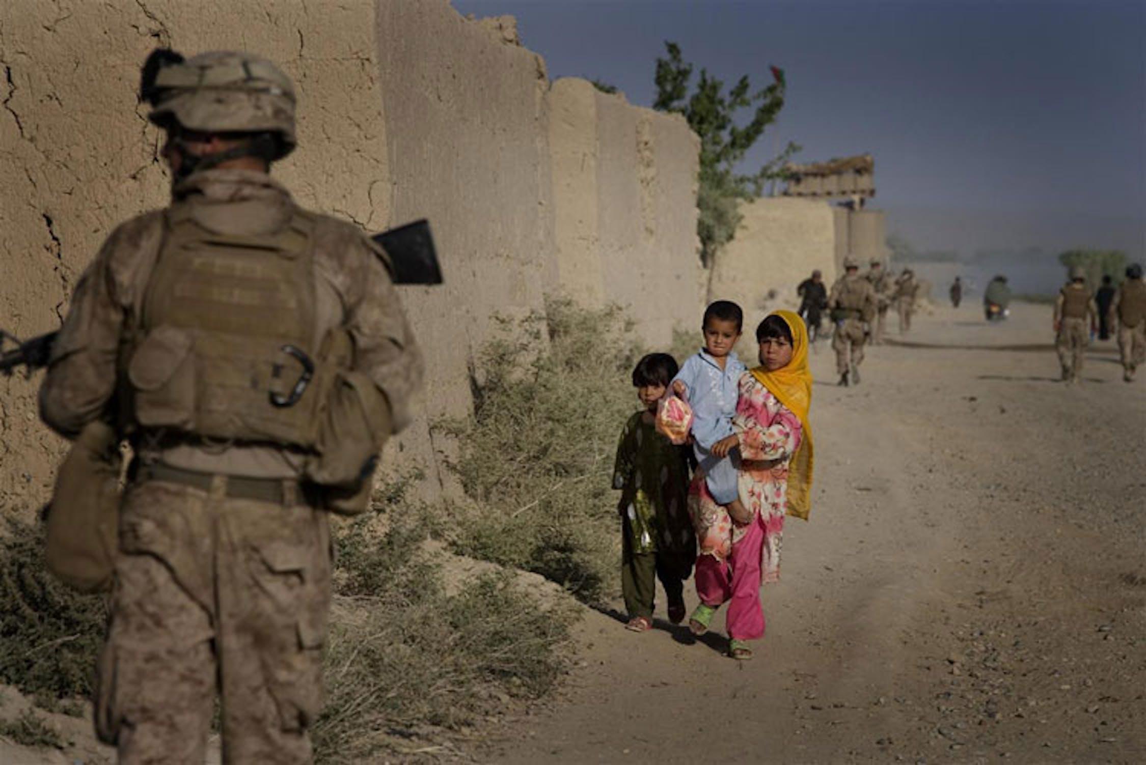 Un militare americano e un gruppo di bambini in una strada di Germsir Bazaar, nella provincia di Helmand (Afghanistan), crocevia dei traffici di armi e oppio - ©UNICEF/NYHQ2010-0792/Holt
