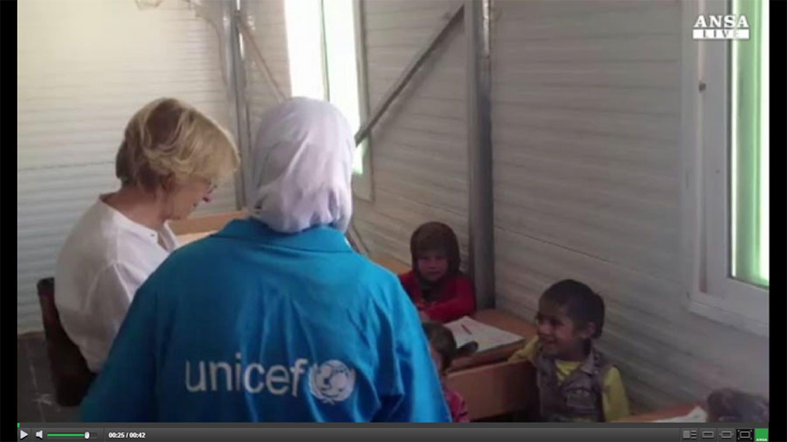 Il ministro Bonino durante la visita nella scuola installata dall'UNICEF nel campo profughi di Za'atari - ©Ansa