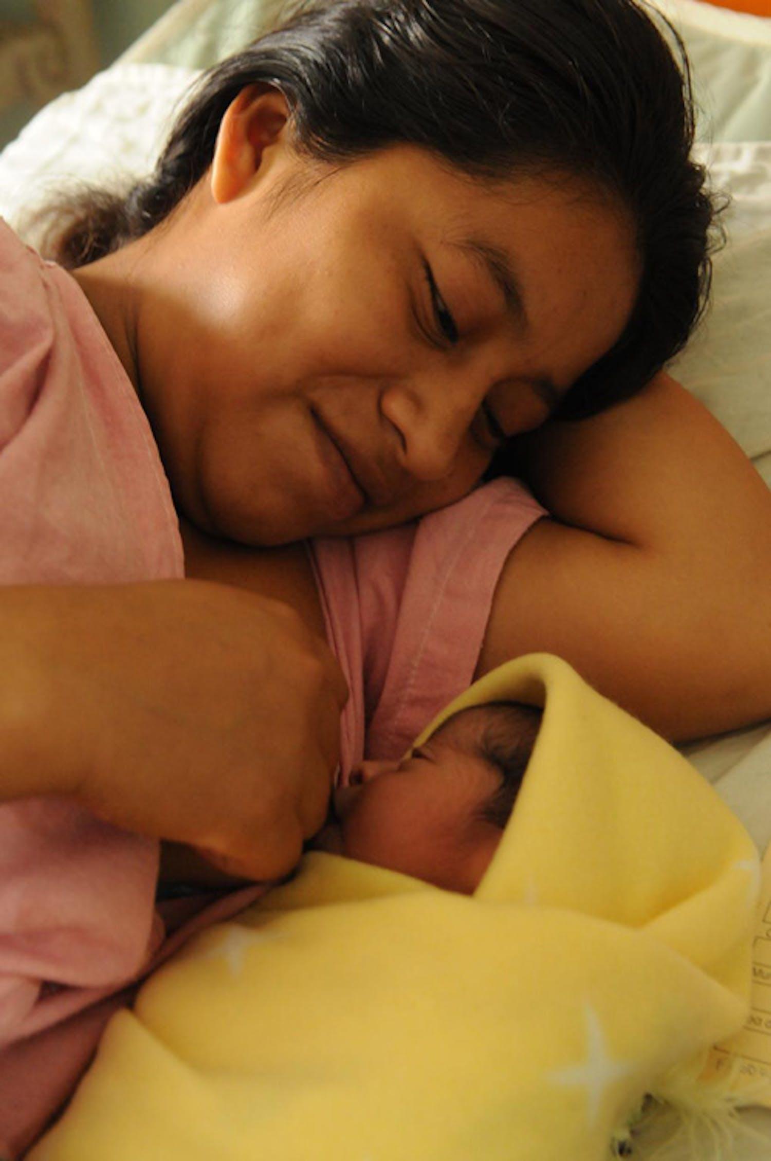 Una donna di etnia Maya allatta il suo bambino nell'ospedale di Coban (Guatemala) - ©UNICEF/NYHQ2012-2261/S.Markisz