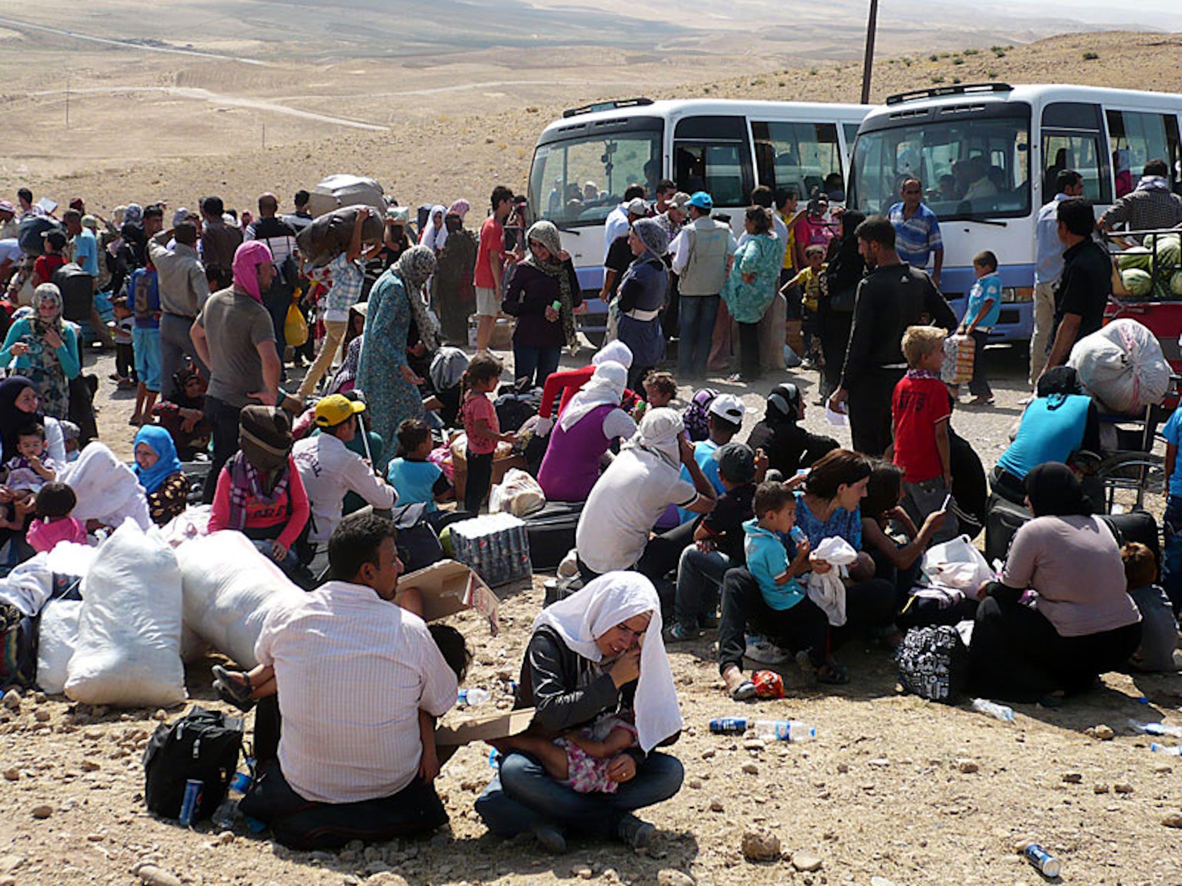 Un'immagine scattata in questi giorni al check point di Sahela, alla frontiera tra Iraq e Siria. In poco più di due settimane sono affluiti in Iraq 20.000 profughi siriani, per metà bambini - ©UNICEF Iraq/2013/Marshall Tuck