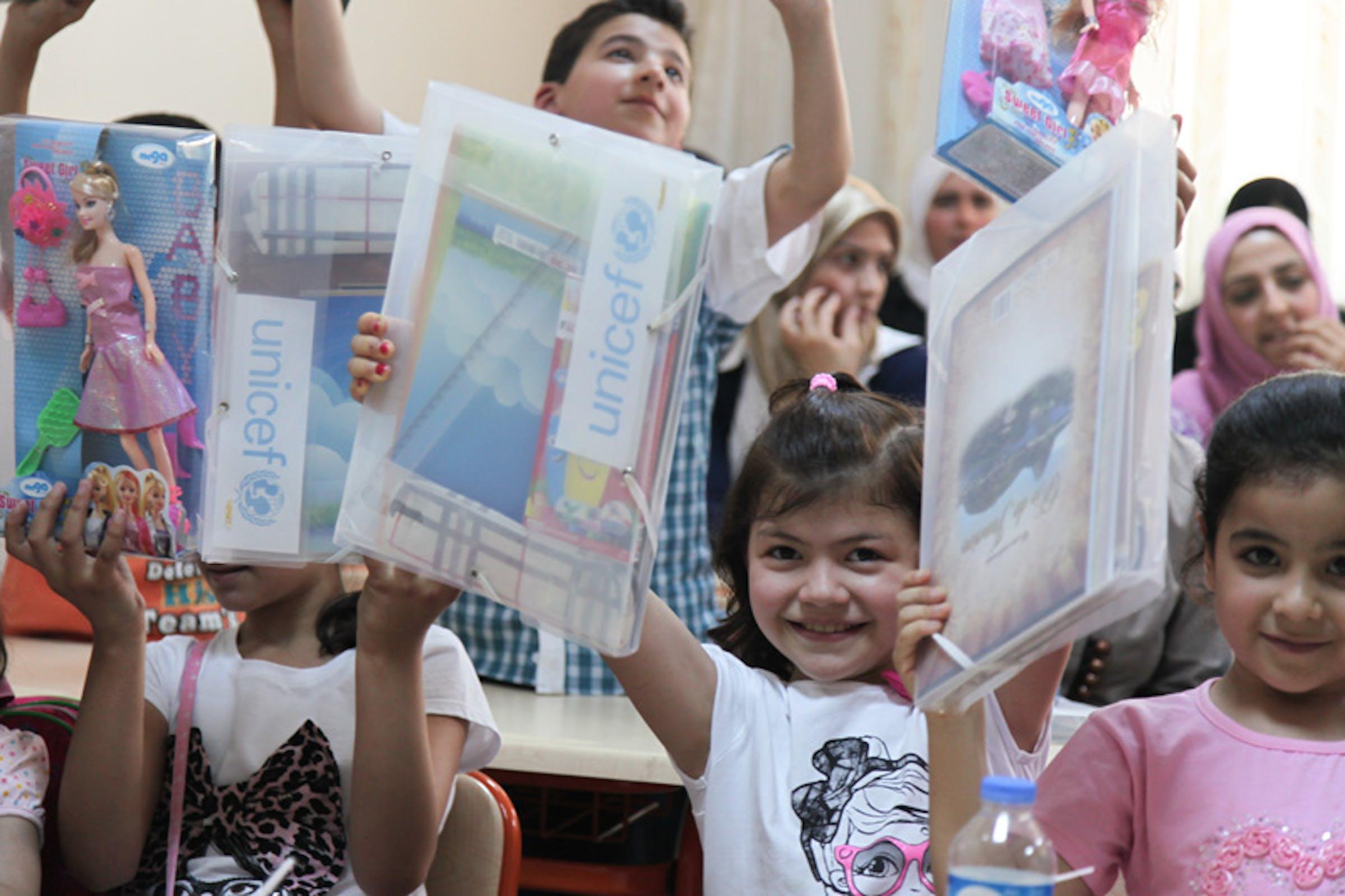 Alunni siriani rifugiati a Urfa (Turchia) mostrano i materiali didattici ricevuti dall'UNICEF - ©UNICEF Turchia/2013/K.Feyizoglu