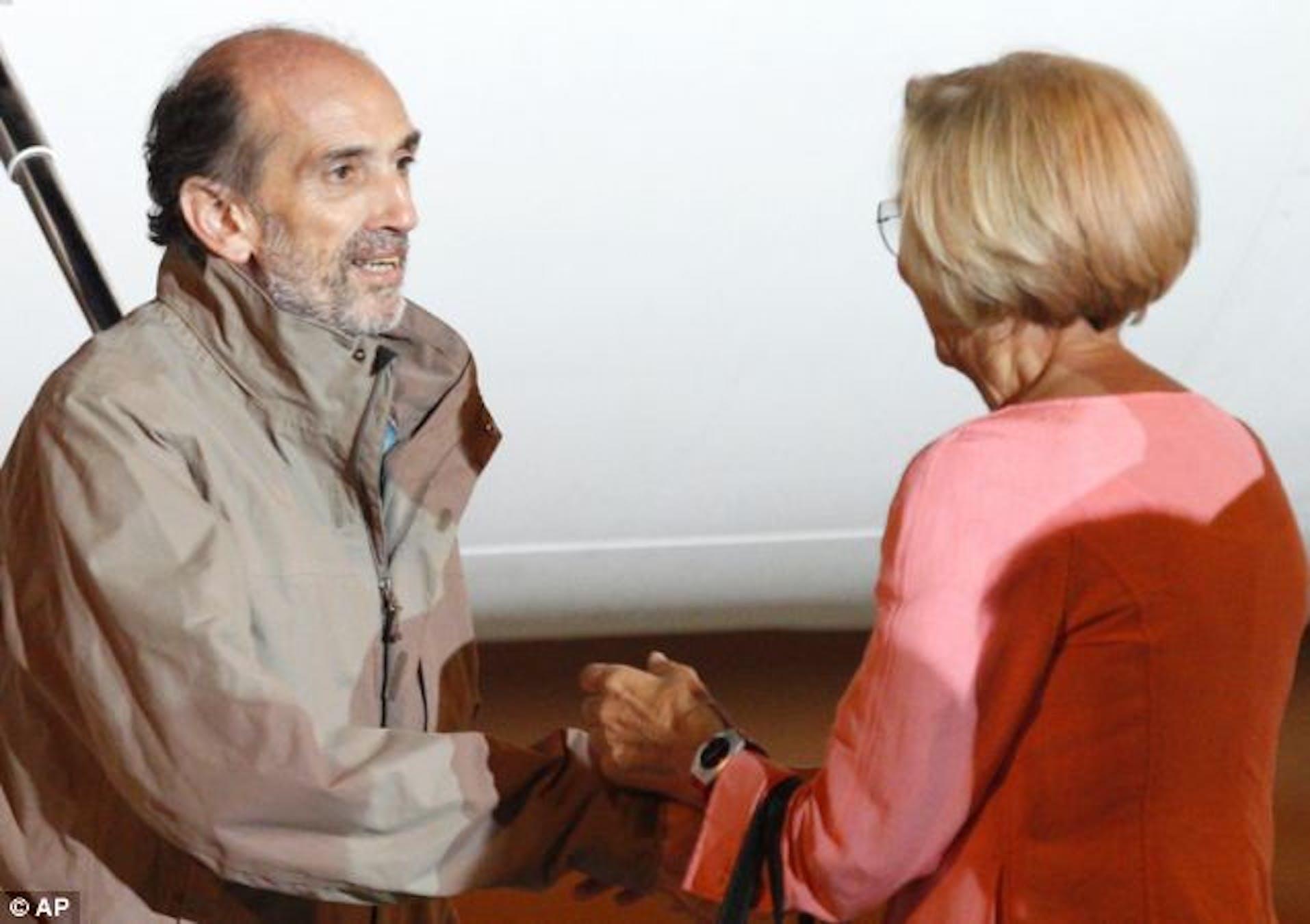 Domenico Quirico accolto dal ministro degli Esteri Emma Bonino all'arrivo all'aeroporto militare di Ciampino - ©DailyMail.co.uk