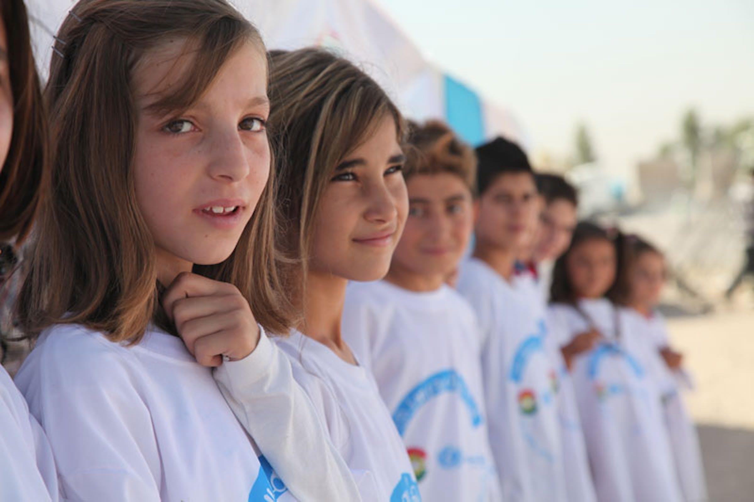 Alunne siriane alla cerimonia di inaugurazione dell'anno scolastico nel campo profughi di Baherka, nei pressi di Erbil (Iraq), settembre 2013 - ©UNICEF Iraq/2013/Chris Niles