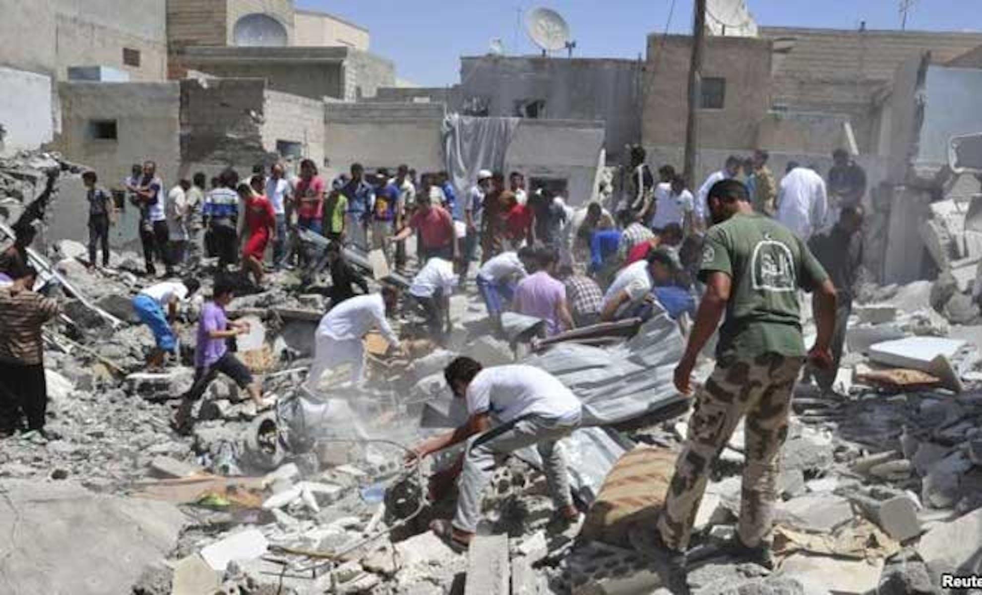 Ancora una strage di bambini insanguina la Siria: colpita da un bombardamento aereo una scuola secondaria a Raqqa, nel nord della Siria