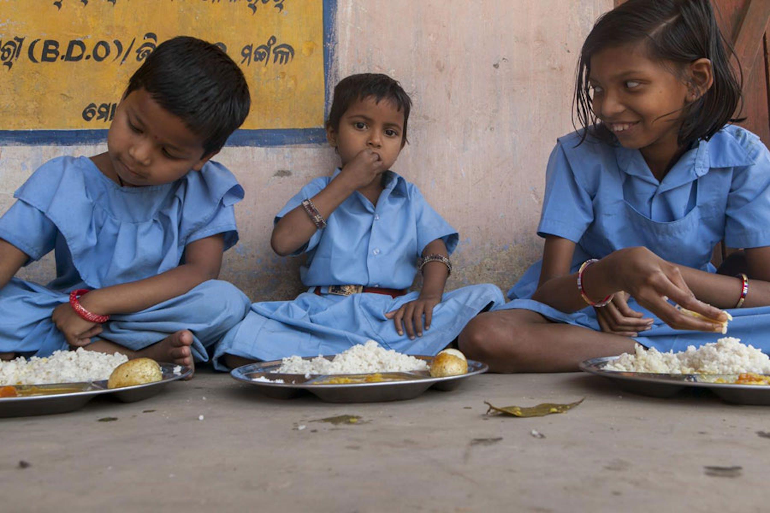 Il pasto di mezzogiorno in una scuola per l'infanzia del villaggio di Baluka, nello stato indiano dell'Odisha - ©UNICEF India/2013-0051/Prashanth Wishwanathanjpg