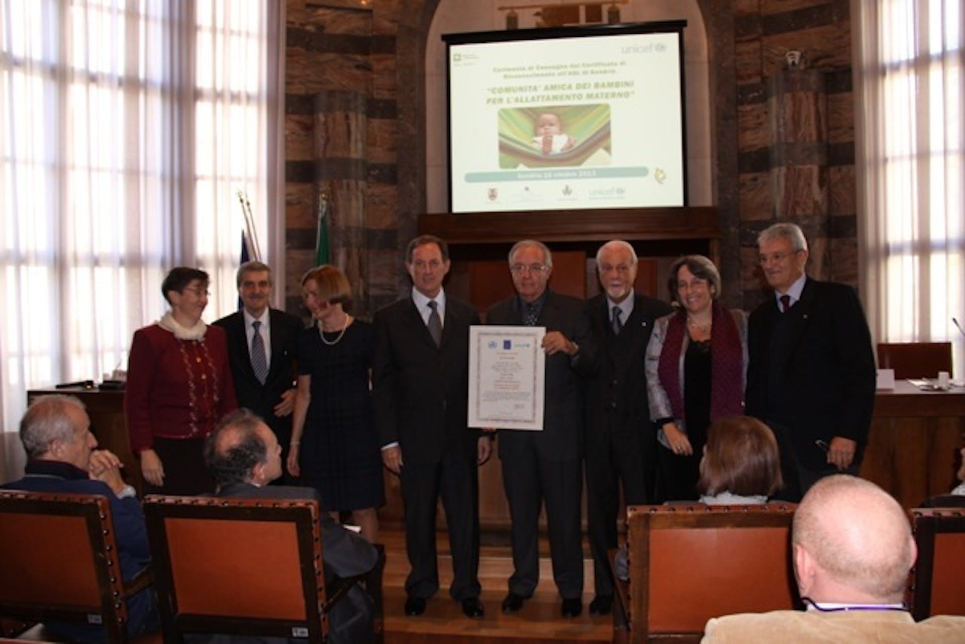Il Presidente dell'UNICEF Italia Giacomo Guerrera consegna il riconoscimento di