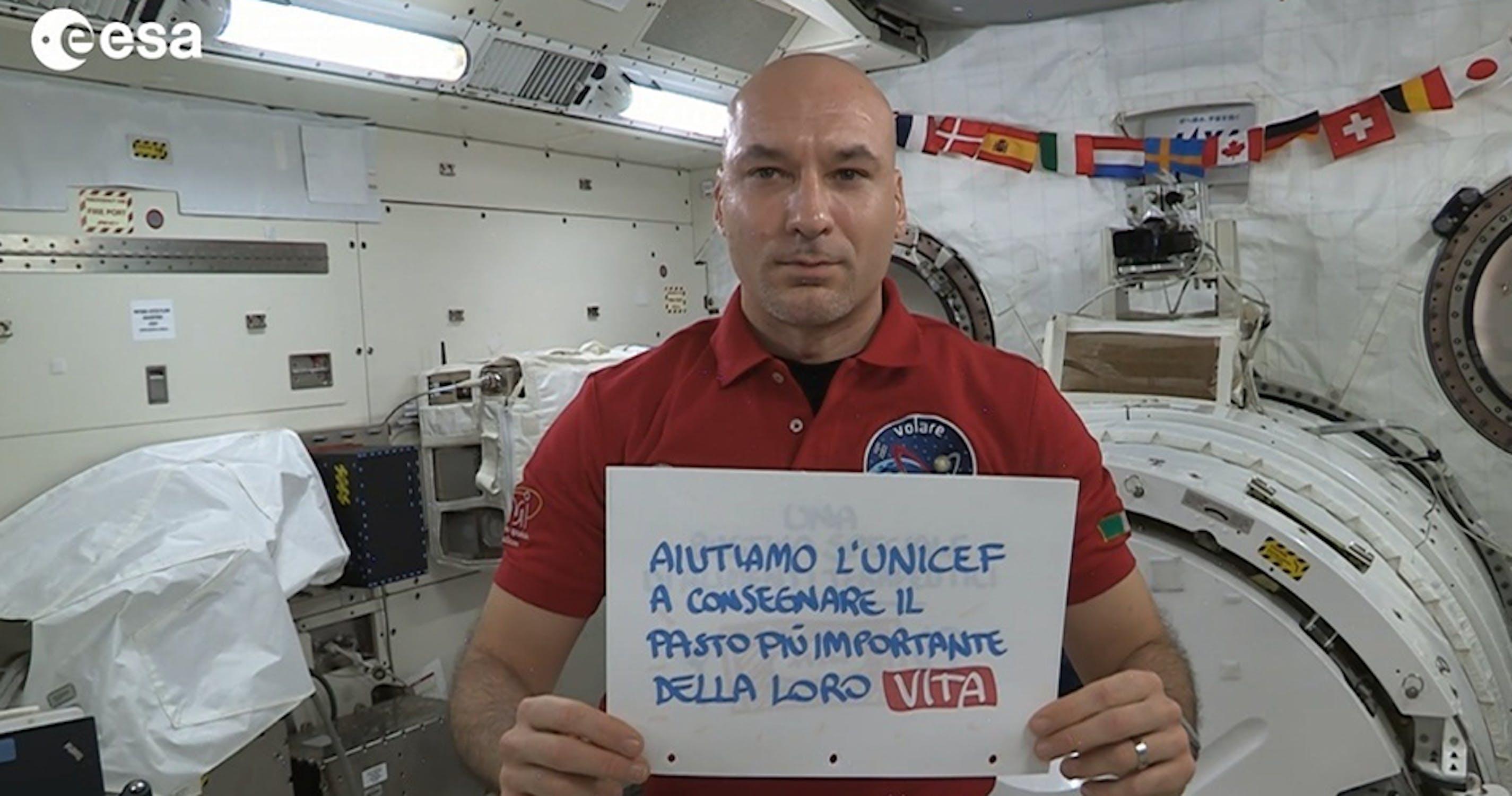 L'astronauta italiano dell'ESA Luca Parmitano con i messaggi della campagna UNICEF contro la malnutrizione infantile