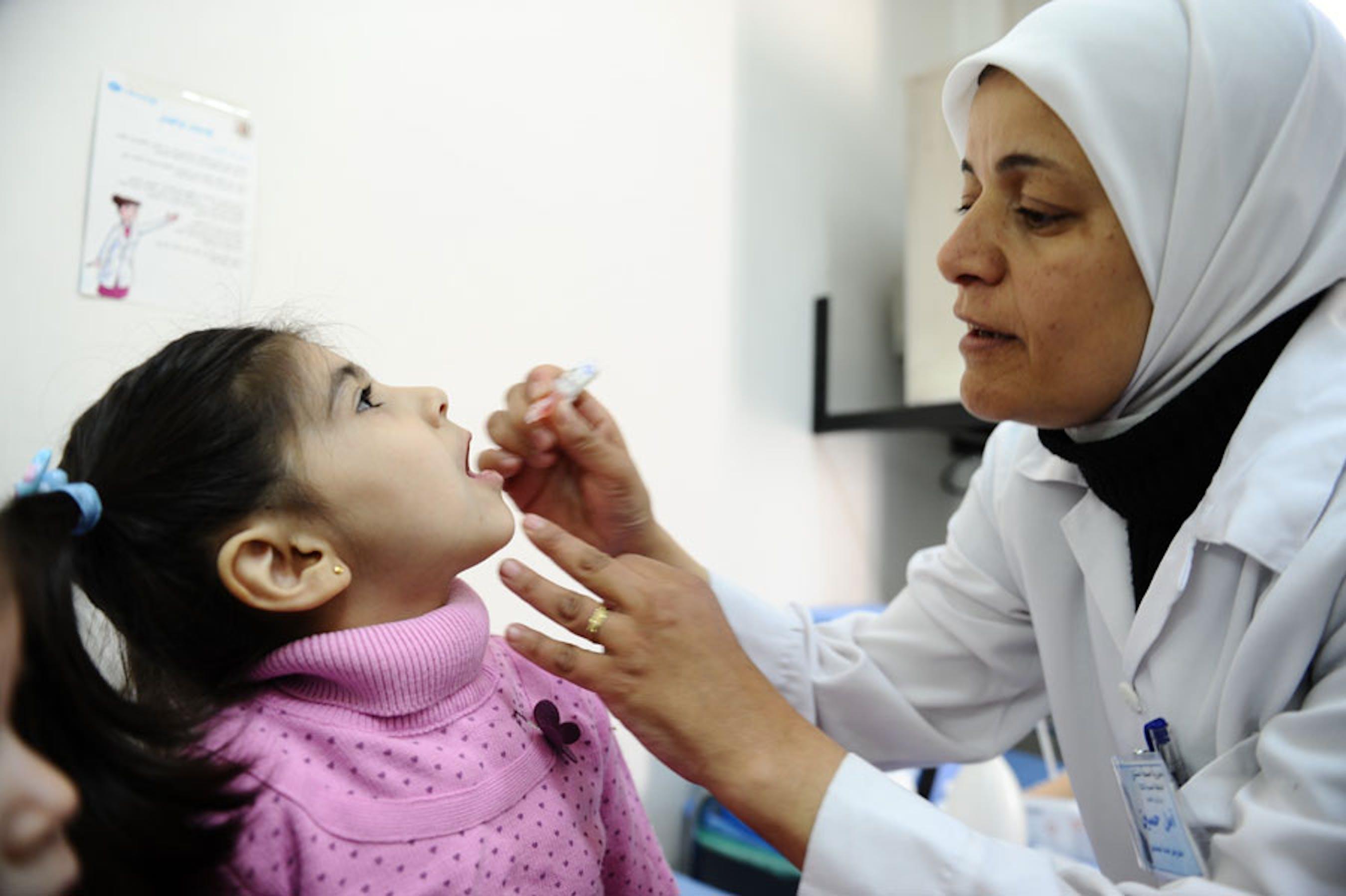 Una bambina viene vaccinata contro la polio in Siria - ©UNICEF Siria/2013/Omar Sanadiki