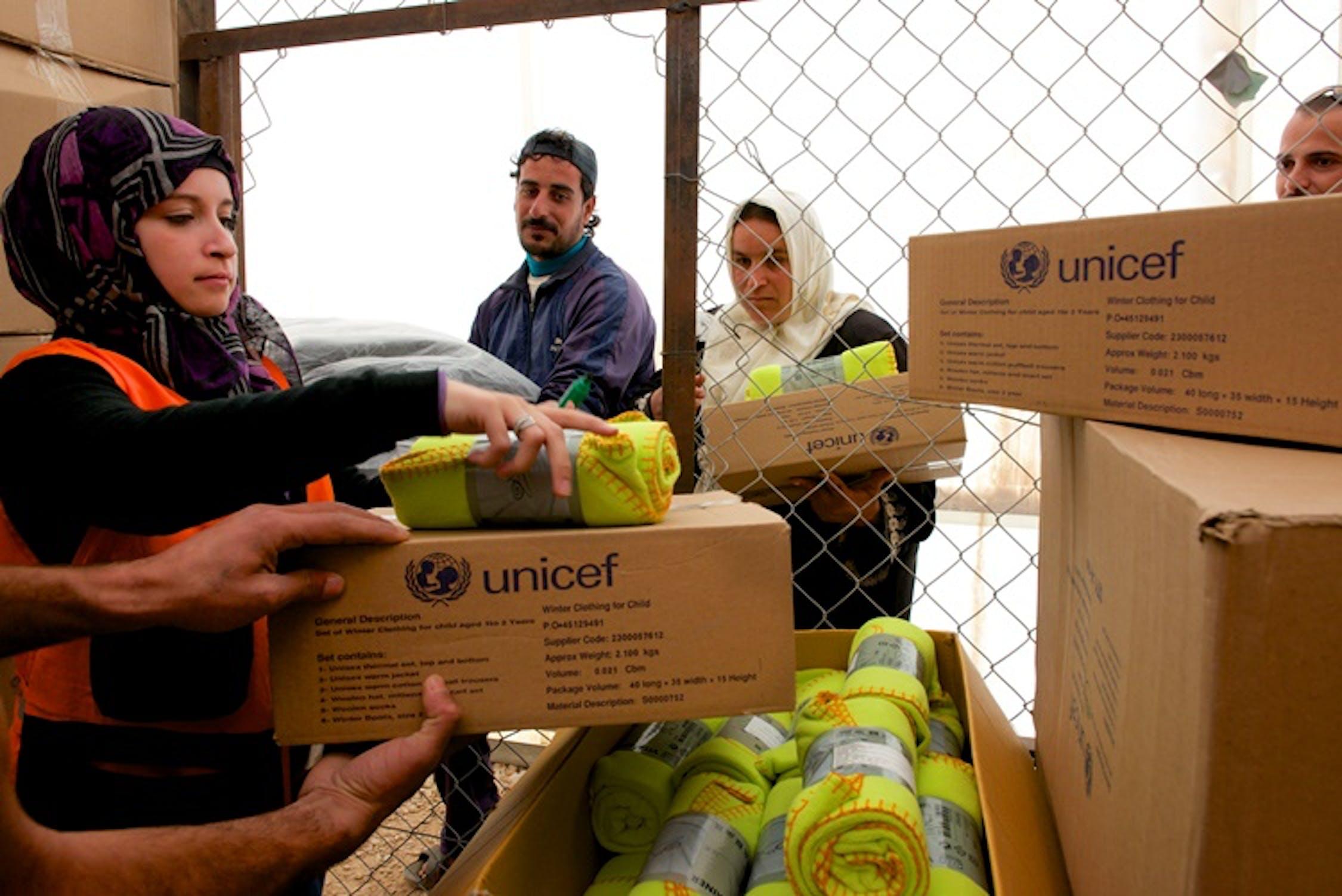 Operazioni di distribuzione di abiti invernali e coperte nel campo per profughi siriani di Za'atari (Giordania), il più grande del Medio Oriente - ©UNICEF Giordania/2013/Shehzad Noorani