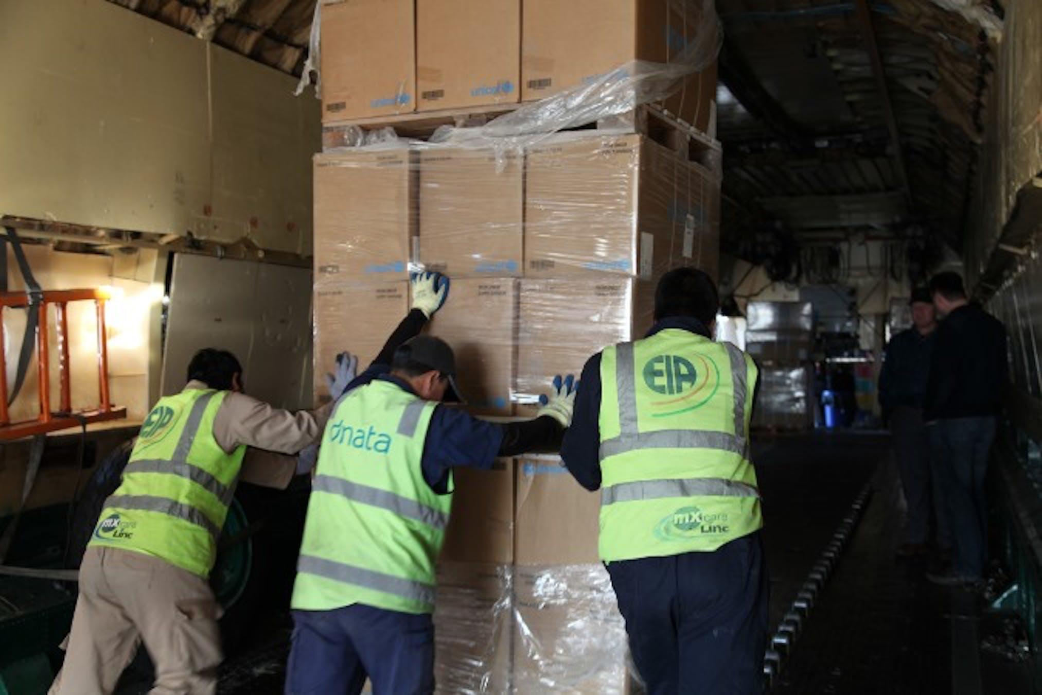 Operazioni di scarico da uno dei 24 voli del ponte aereo umanitario organizzato dalle agenzie ONU tra il 15 e il 29 dicembre 2013 - ©UNICEF Iraq/2013/Chris Niles