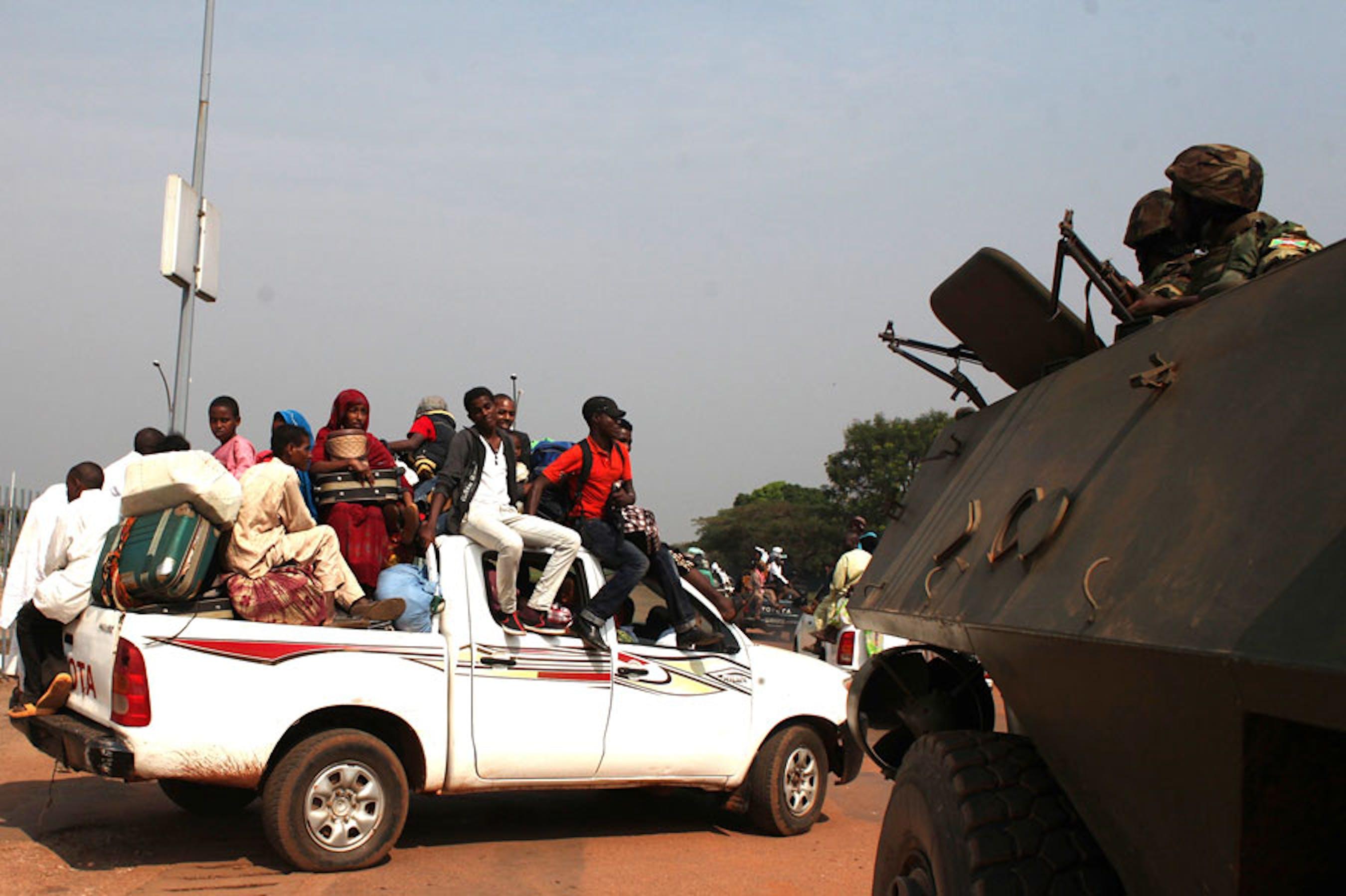 Civili in fuga nei pressi dell'aeroporto di Bangui (Repubblica Centrafricana) - ©Reuters/Andreea Campeanu