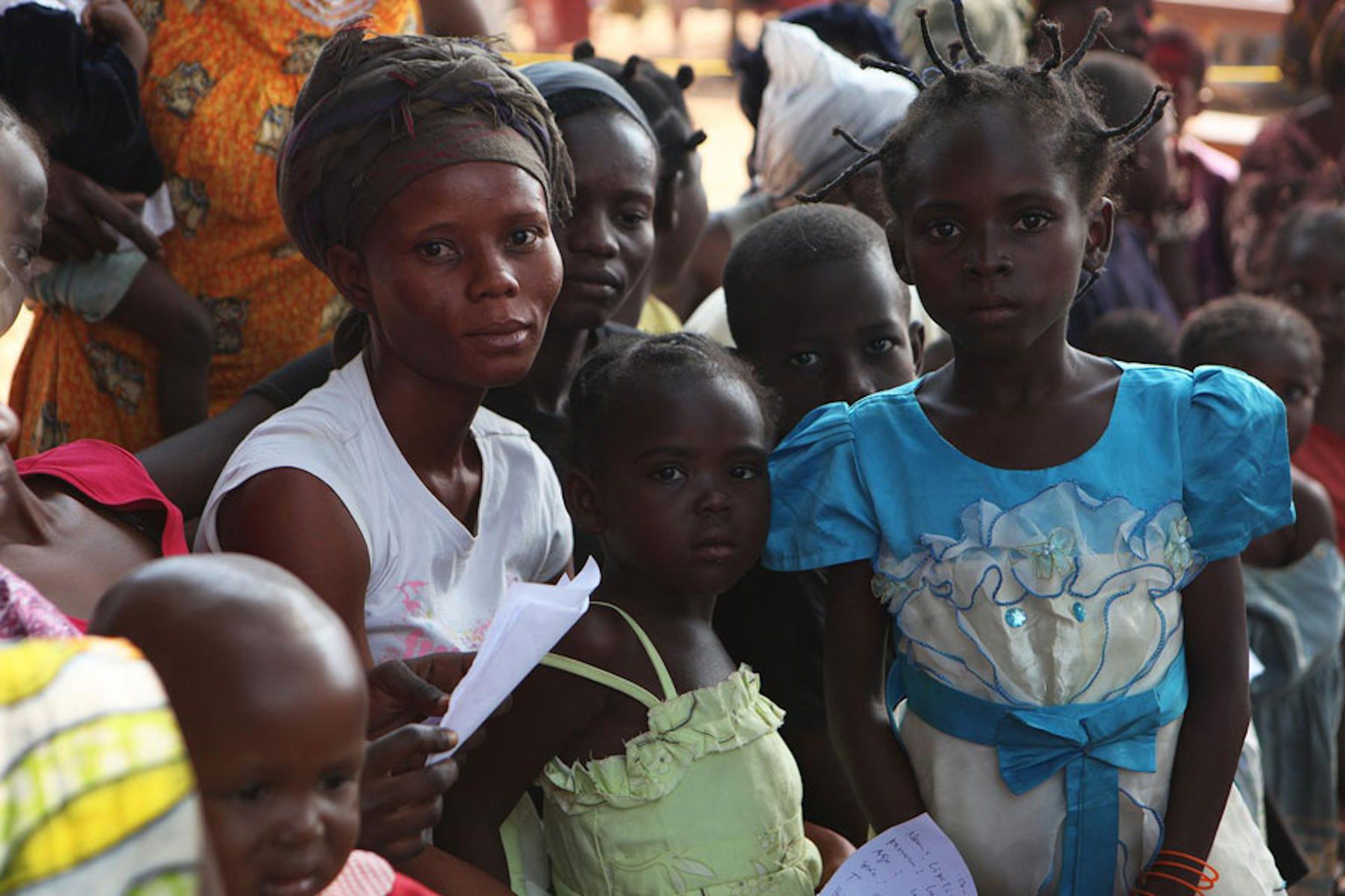 Donne e bambini accampati all'esterno della chiesa di Saint-Jacques a Bangui, capitale della Repubblica Centrafricana - ©UNICEF/NYHQ2013-1286/Pierre Terdjman
