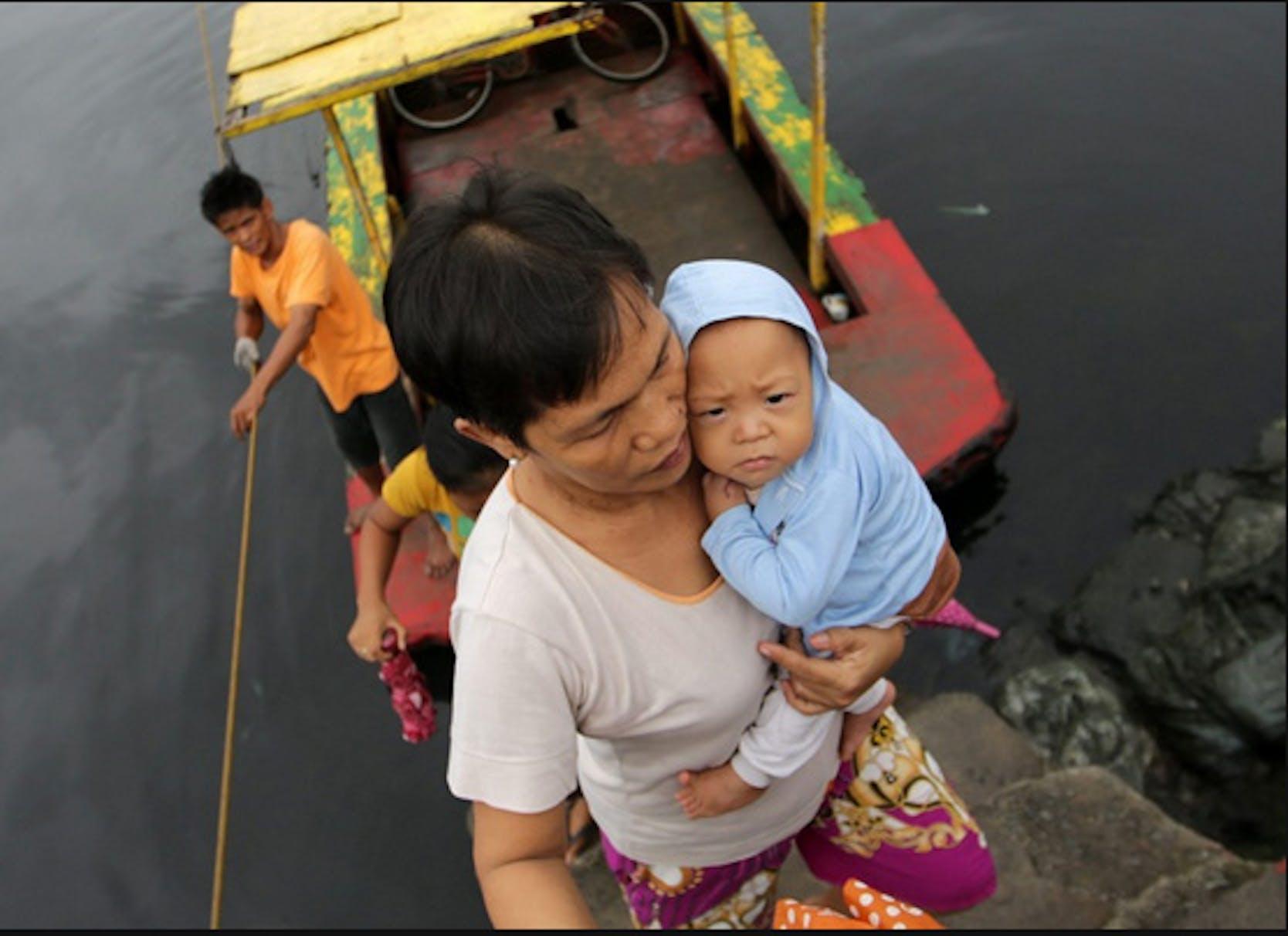 Madre e bambino sopravvissuti al super-tifone Hayan che ha colpito l'8 novembre 2013 le Filippine - ©Francis Malasig/EPA/2013
