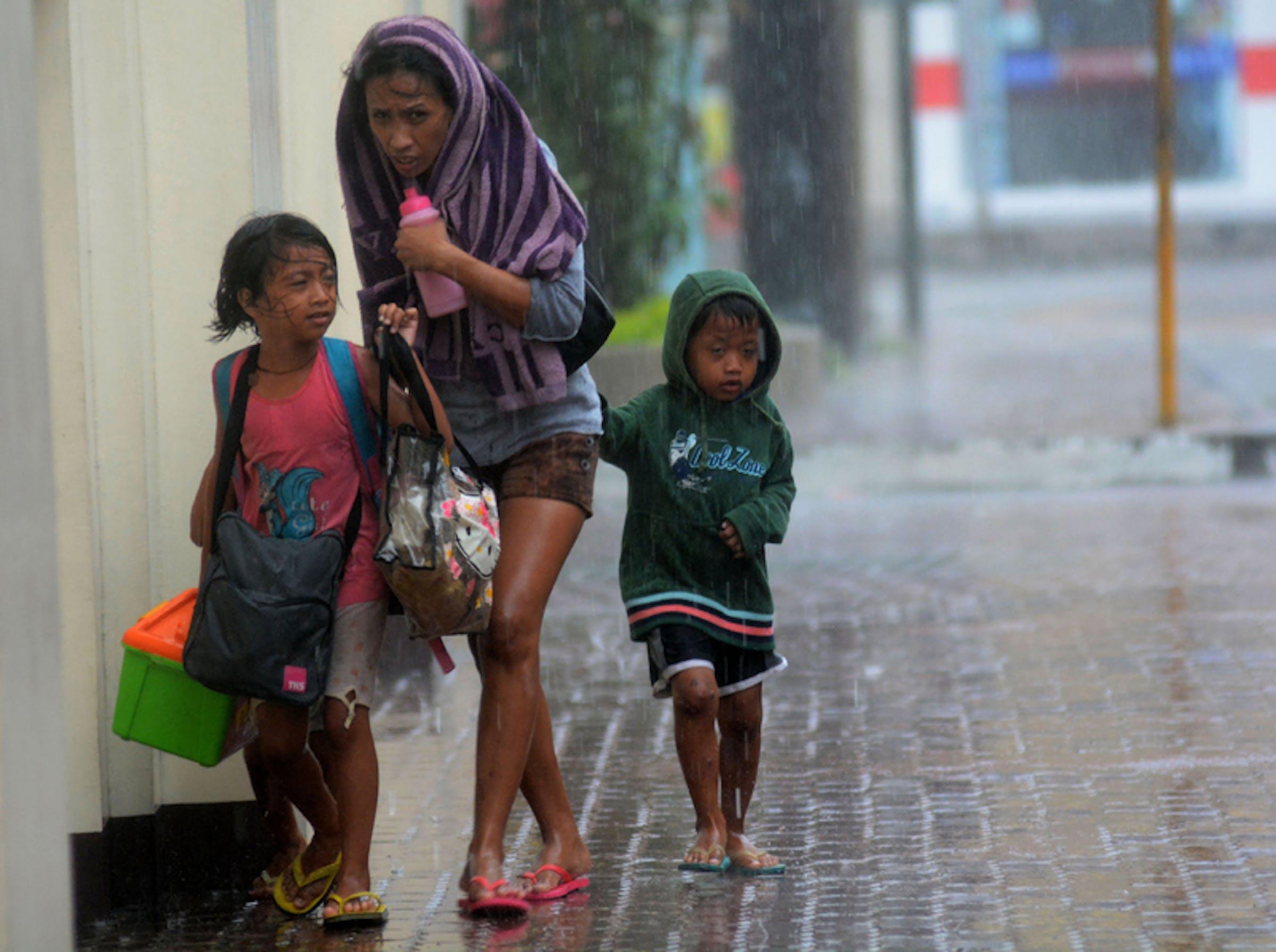 Una donna con i suoi figli cerca riparo dal tifone Haiyan a Cebu City, Filippine centrali -  ©AFP Photo