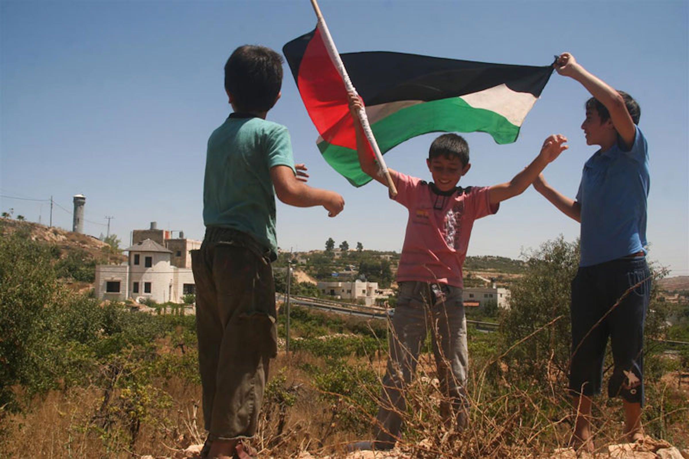 Un bambino palestinese di 10 anni festeggia con i suoi amici dopo essere stato rilasciato dalle autorità israeliane: era stato arrestato per lancio di pietre - ©UNICEF/NYHQ2011-1509/Mouhssine Ennaimi