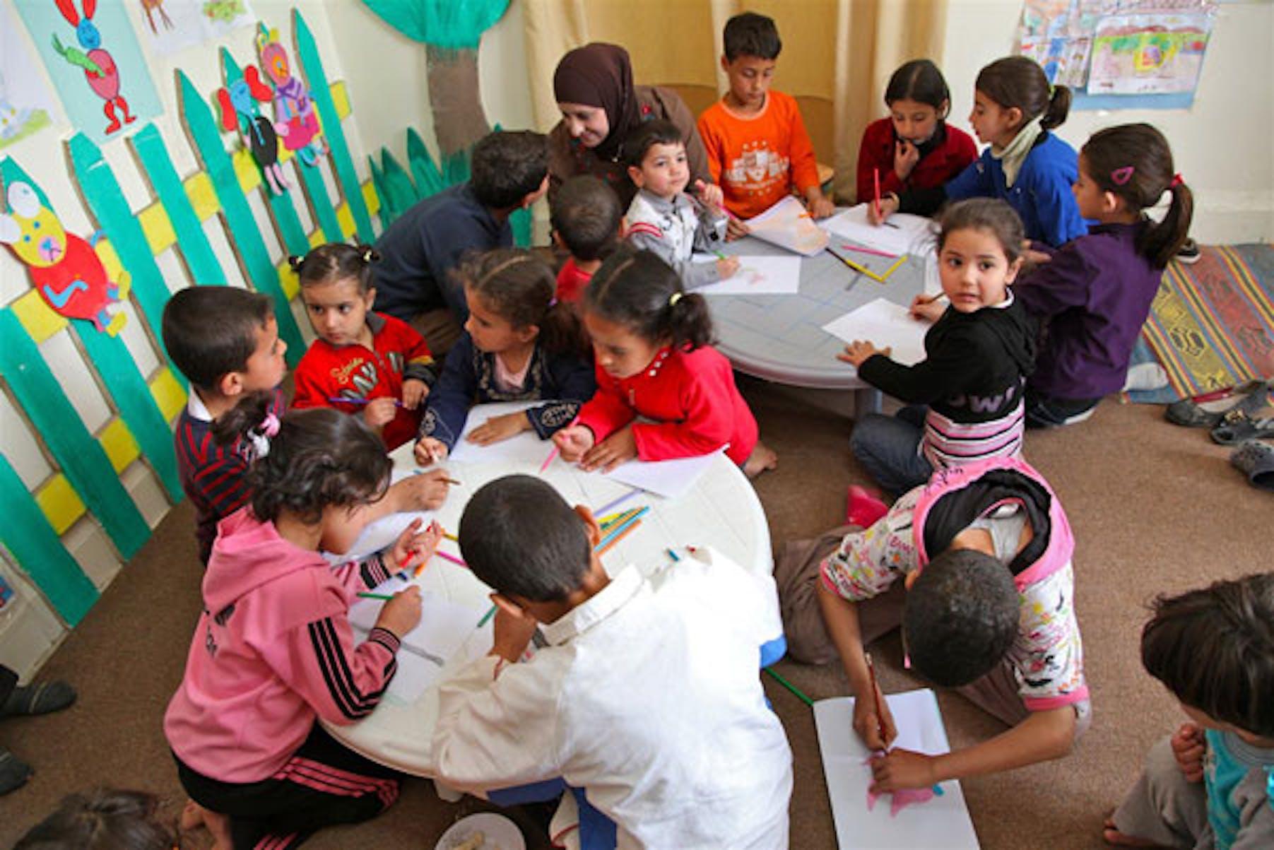 lezione di educazione artistica per un gruppo di bambini siriani rifugiati a Ramtha (Giordania) - ©UNICEF/NYHQ2012-0198/Giacomo Pirozzi