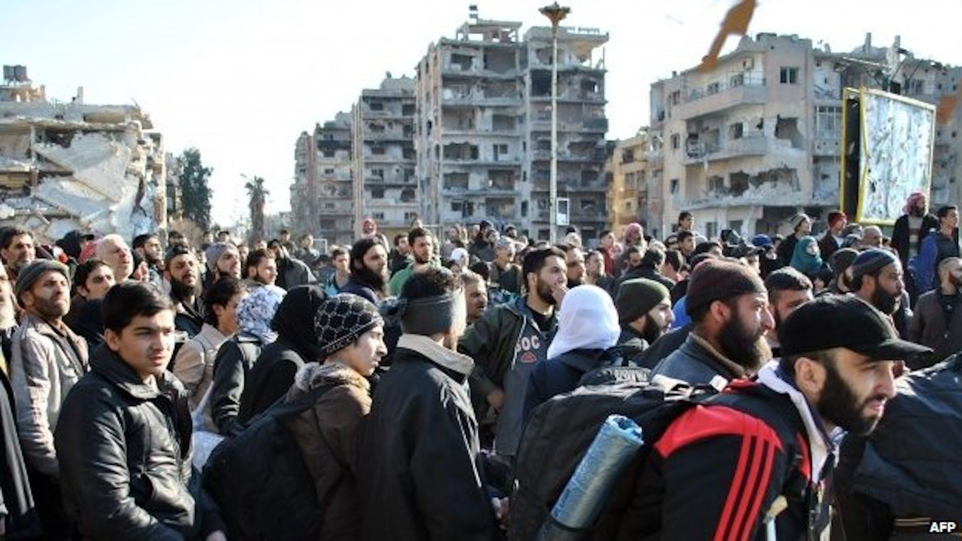 Civili in attesa di essere evacuati dai veicoli dell'ONU e della Mezzaluna Rossa siriana - ©BBC