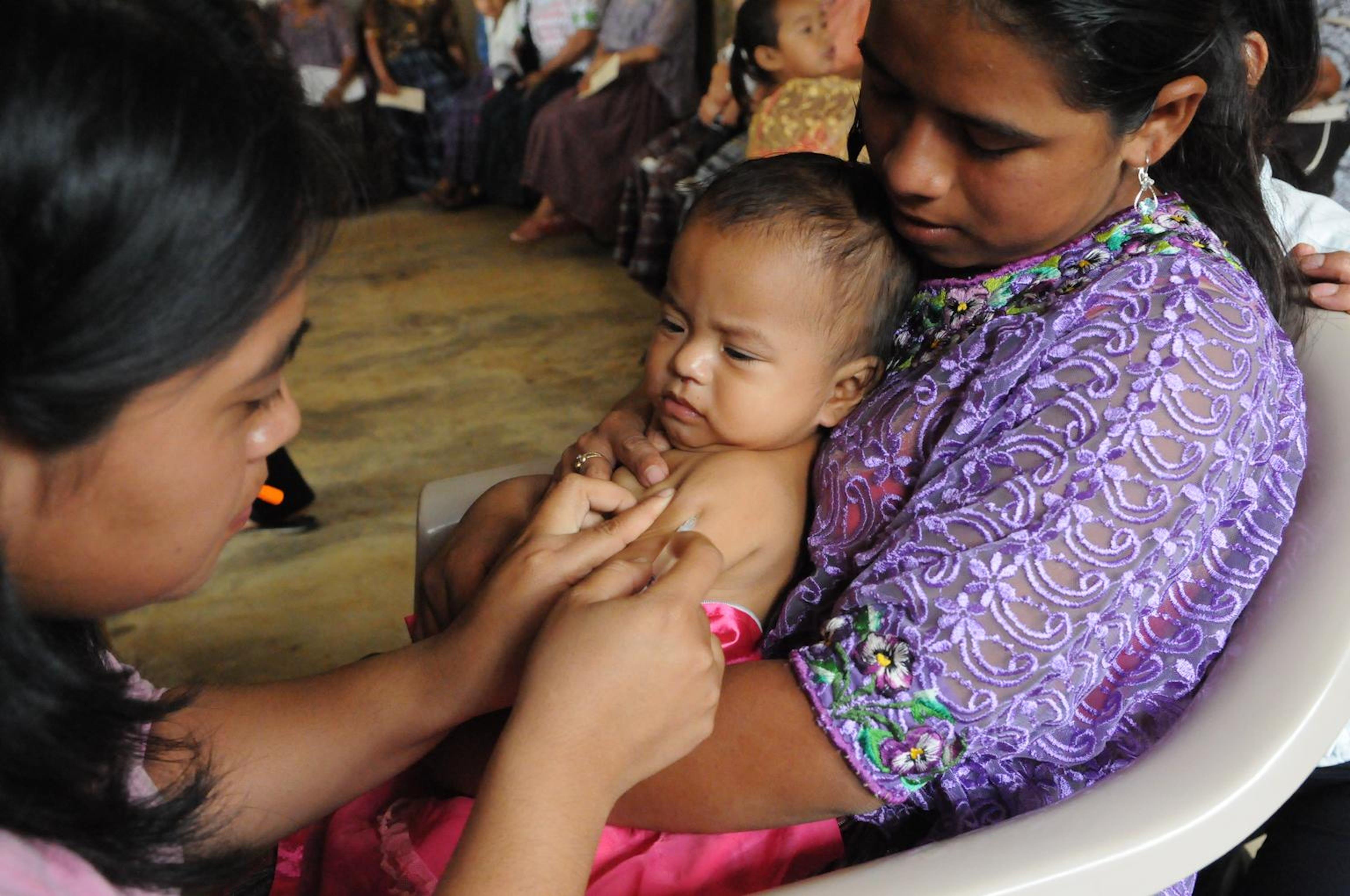 Yesica (1 anno) riceve una dose di vaccino nella comunità di etnia Maya di Corosal (Guatemala). Grazie alla meticolosa copertura vaccinale, in Sudamerica non si verificano più casi di morbillo endemico dal 2002 - ©UNICEF/NYHQ2012-2243/S.Markisz
