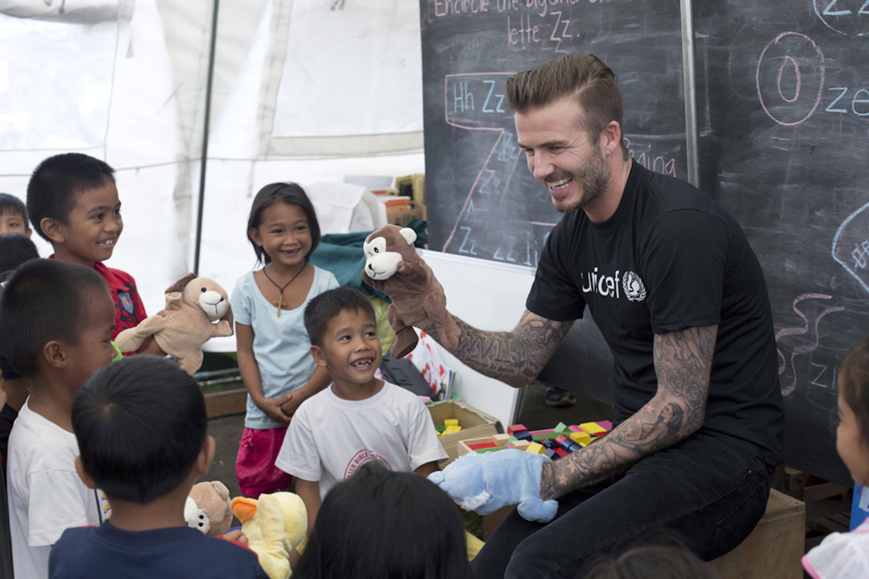 David Beckham in uno dei momenti trascorsi con i bambini di Tacloban (Filippine) sopravvissuti al tifone Haiyan - ©UNICEF/Per-Anders Pettersson