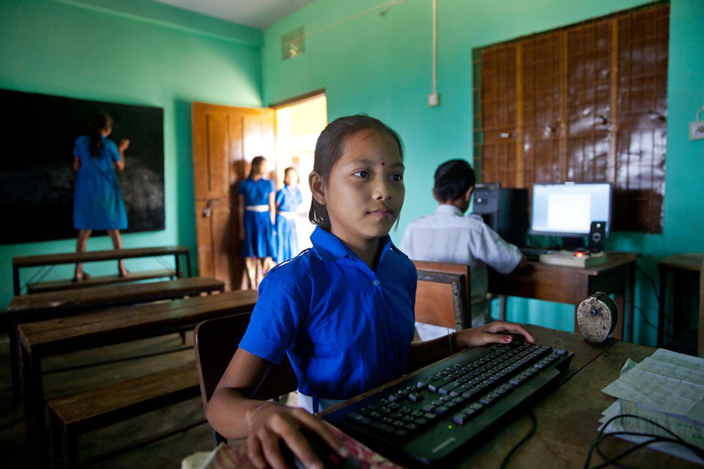 Anamika (10 anni) studia nella scuola del villaggio di Golachhari (Bangladesh), dove si applicano metodologie UNICEF per favorire la partecipazione delle bambine - ©UNICEF Bangladesh/2014-0364/Jannatul Mawa