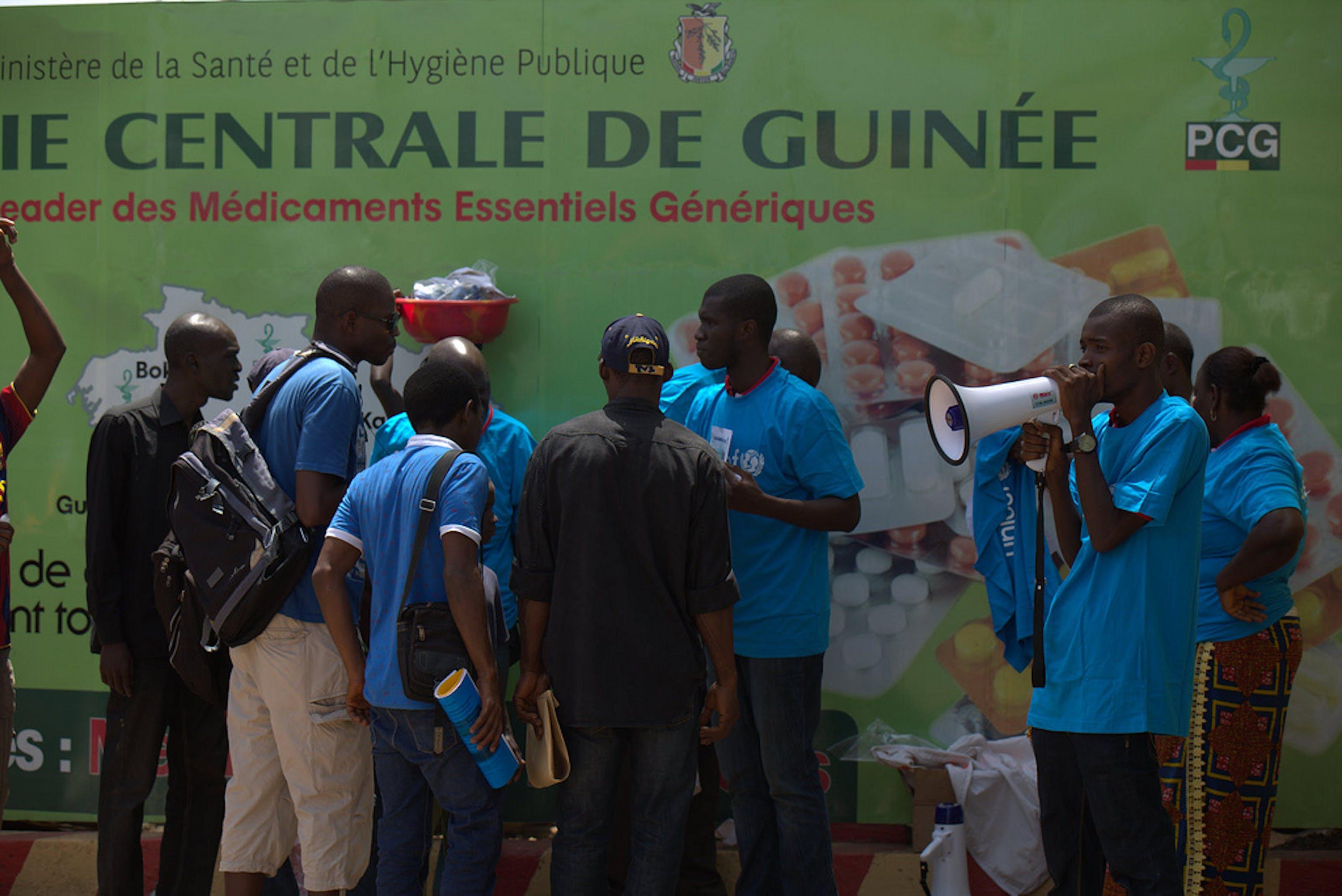 Un team sanitario dell'UNICEF avvisa la popolazione di Conakry (capitale della Guinea) sulle misure per evitare il contagio del virus Ebola - ©UNICEF Guinea/2014