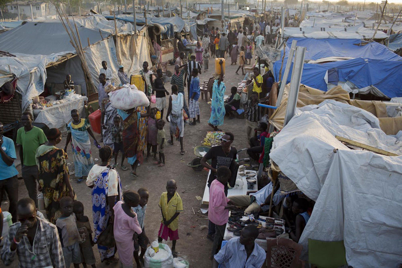 A metà aprile sono 68.000 i civili rifugiatisi presso 8 basi militari della missione ONU in Sud Sudan (UNMISS) come questa, nella città di Malakal - ©UNICEF/NYHQ2014-0432/Kate Holt