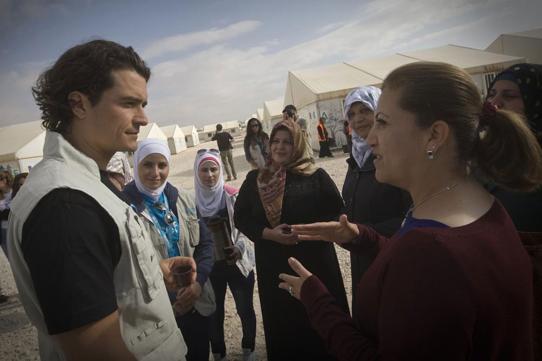 Orlando Bloom parla con Shorouq Fakhouri, responsabile UNICEF per le attività educative nel campo profughi di Za'atari (Giordania) - ©UNICEF/NYHQ2014-0440/Giovanni Diffidenti