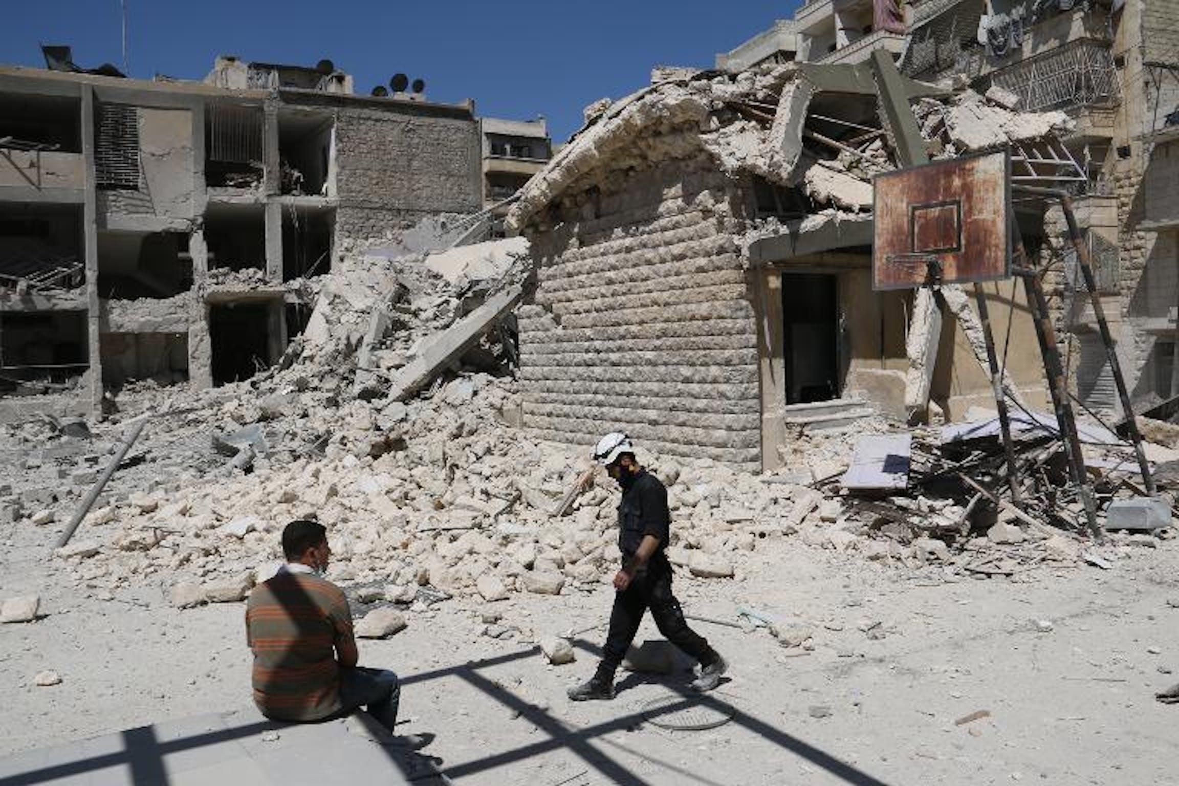 Le macerie della scuola Ain Jalout di Aleppo bombardata il 30 aprile 2014 - ©AFP Photo/Zein Al-Rifai
