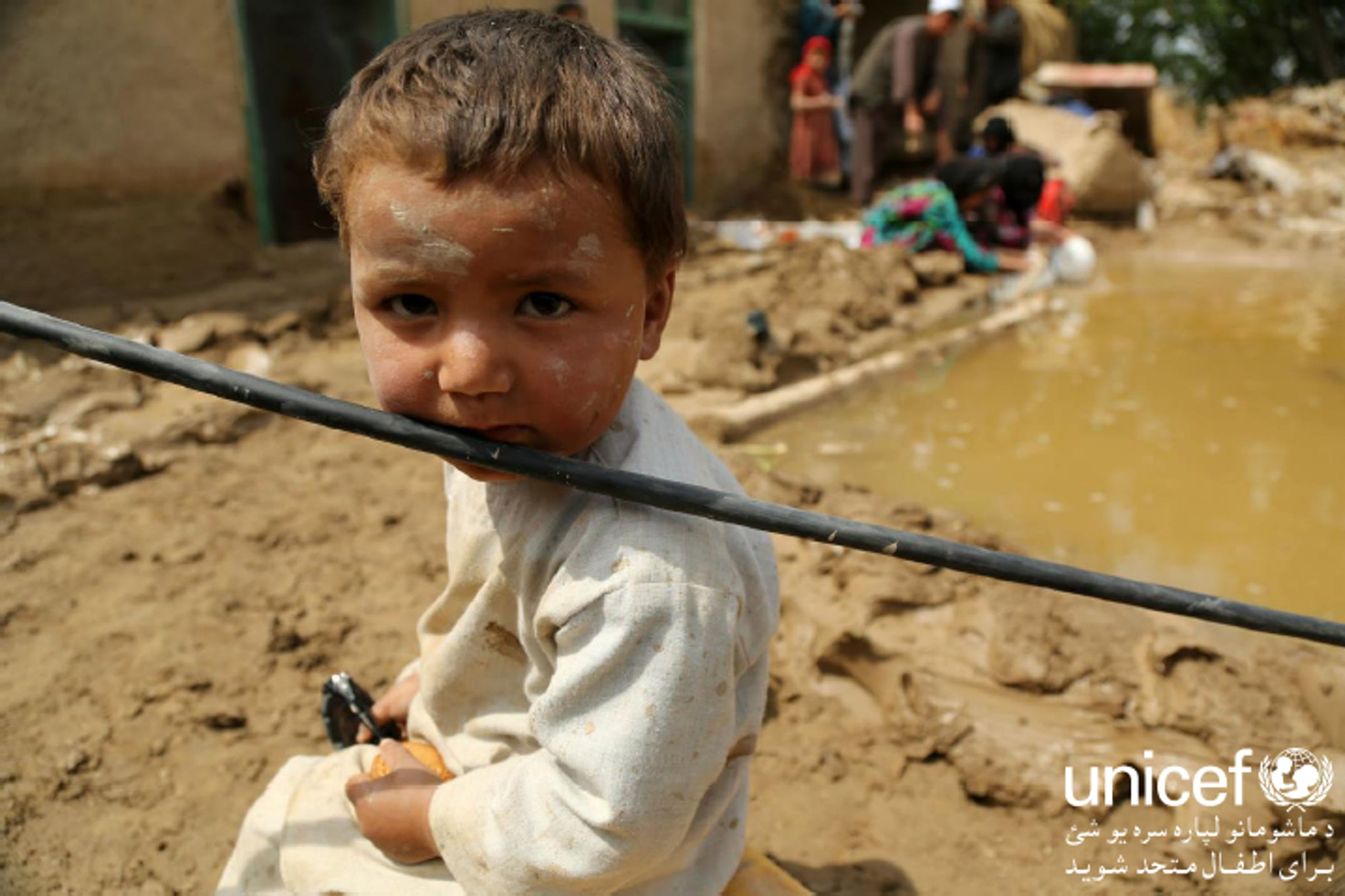 Un bambino in una zona alluvionata a Shaberghan (Afghanistan) - ©UNICEF Afghanistan/2014/Rajat Madhok