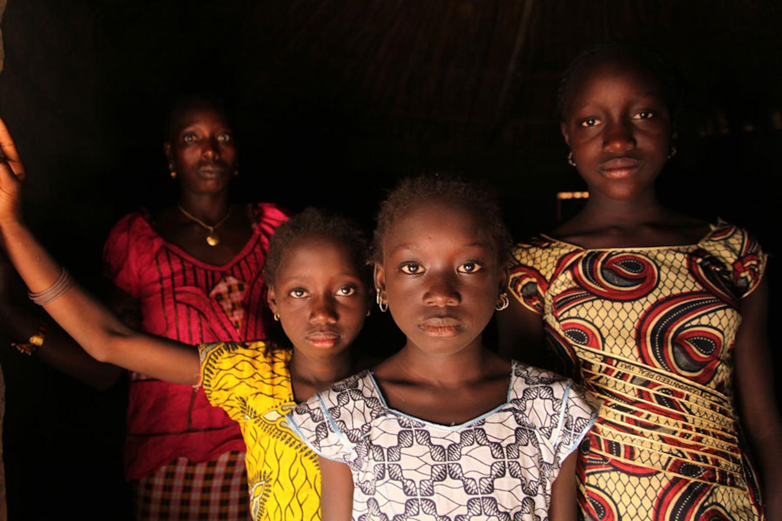 Madre e figlie a Cambadju, il primo villaggio della Guinea Bissau ad avere ufficialmente abolito le mutilazioni genitali femminili nel proprio territorio - ©UNICEF/NYHQ2012-2159/LeMoyne