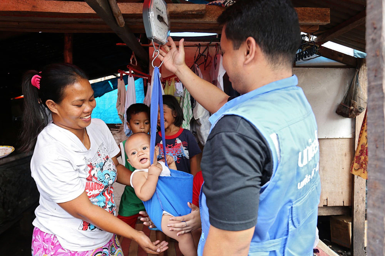 Il controllo del peso è parte delle operazioni di monitoraggio nutrizionale condotto dall'UNICEF e dalle organizzazioni partner per oltre 240.000 bambini nelle aree colpite dal tifone Haiyan - ©UNICEF Filippine/2014/Joey Reyna