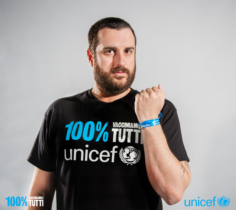 Costantino della Gherardesca con il campanellino simbolo della campagna UNICEF