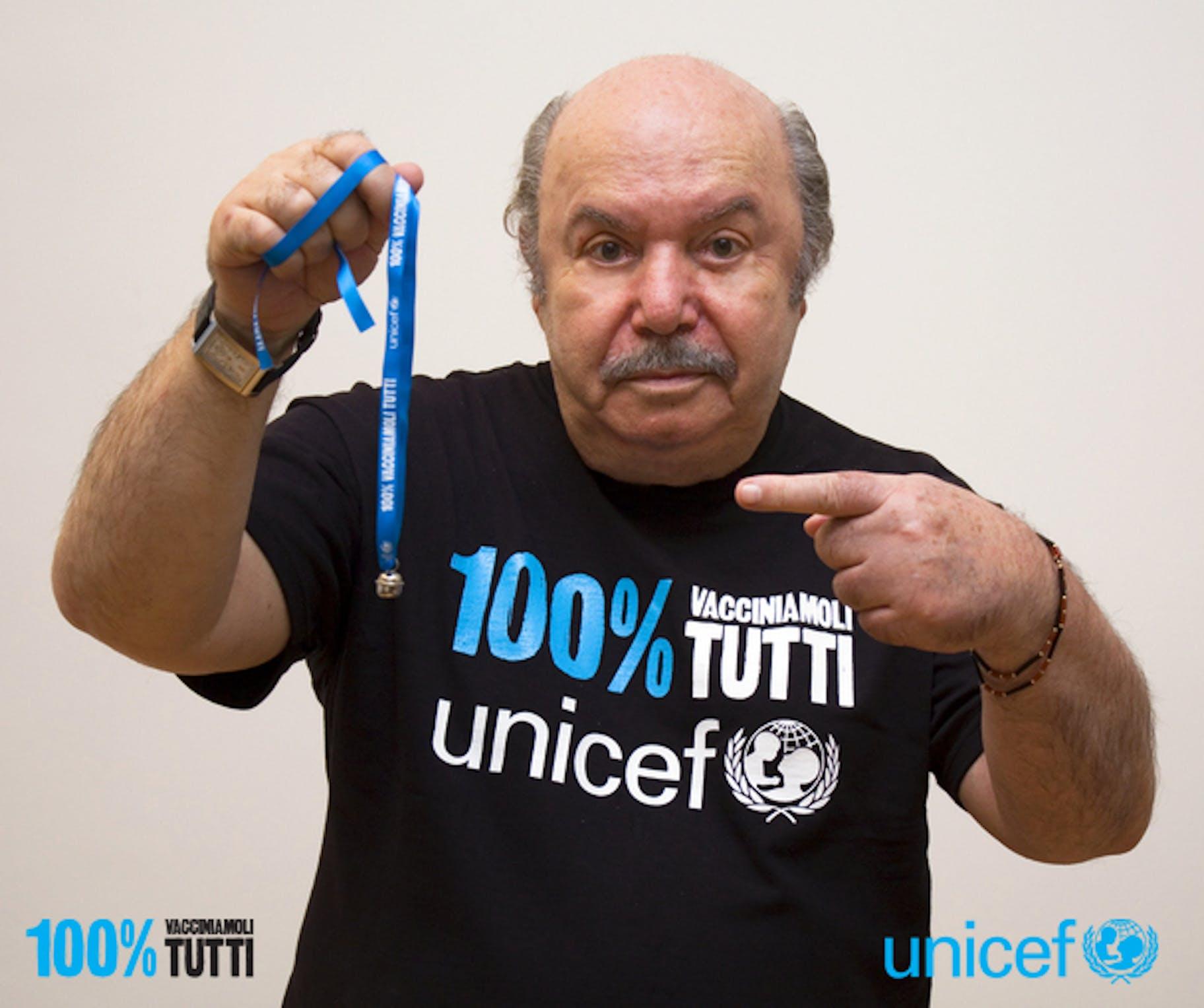 Lino Banfi con il campanellino simbolo della campagna UNICEF