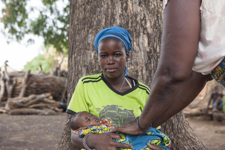 Hassana con il piccolo Abdul, 2 mesi. Nella regione del nord del Ghana in cui vive, oltre un terzo delle donne si sposa in età minorile - ©UNI162264/Glenna Gordon