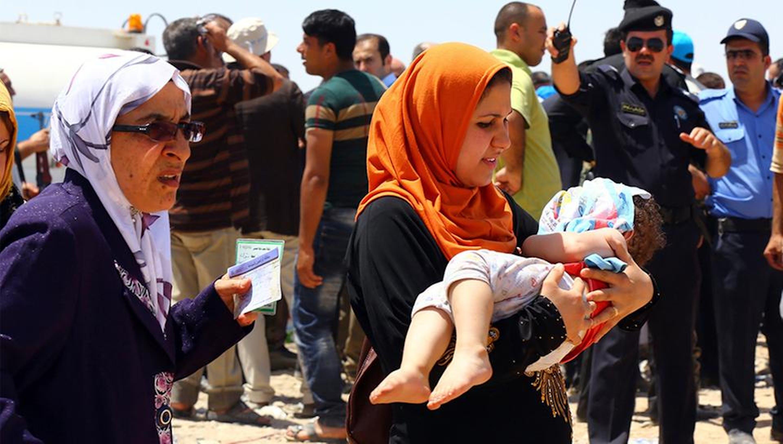 Famiglie con bambini in fuga da Mosul (Iraq) caduta in mano alle milizie fondamentaliste - ©Reuters