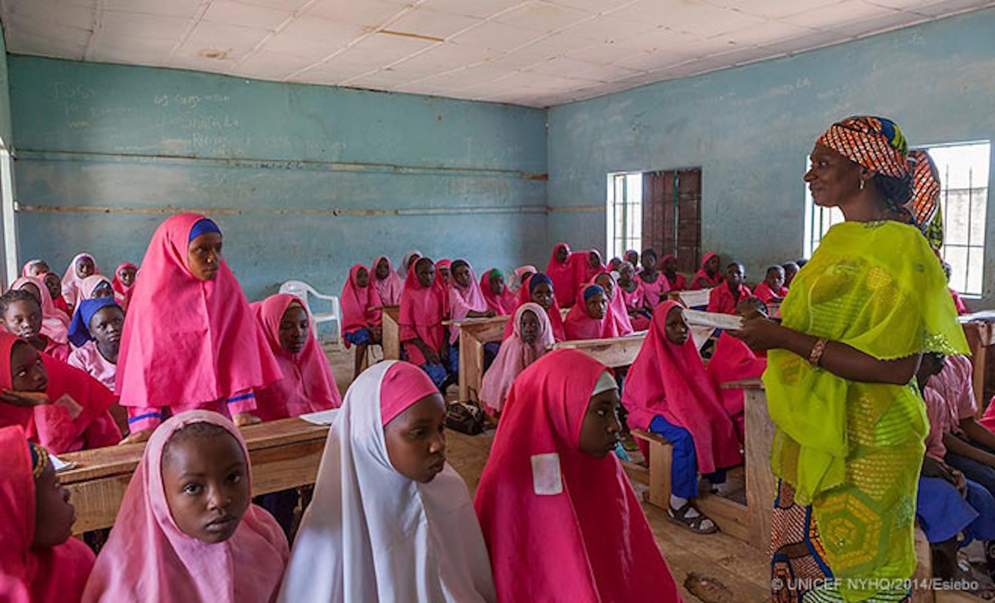 Alunne di Gyezmo, nel nord della Nigeria, paese in cui si stima manchino all'appello 10,5 milioni di bambini in età scolare - ©UNICEF/2014/Esiebo