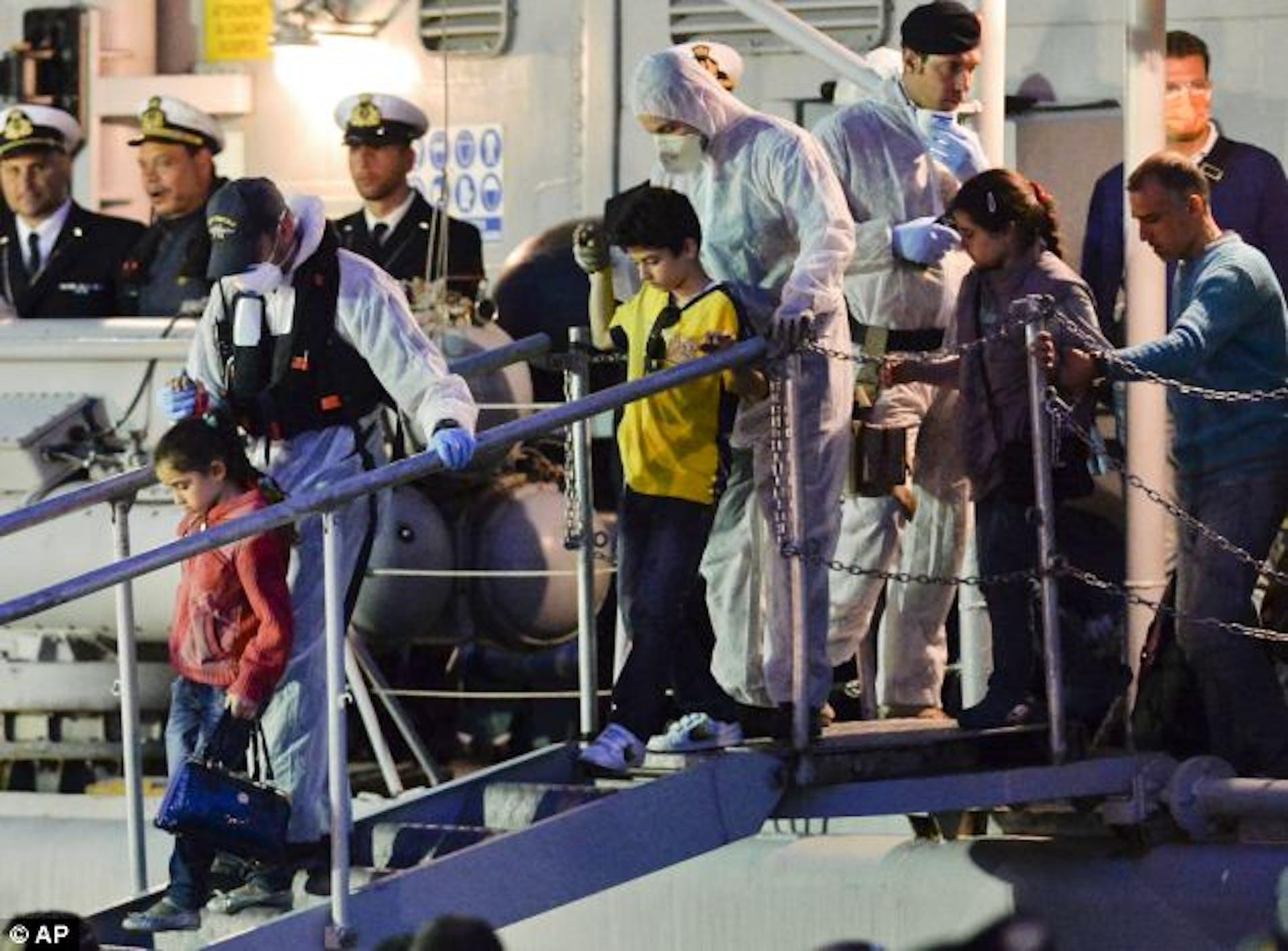 Le operazioni di sbarco nel porto di Catania di 200 migranti (in gran parte donne e bambini) salvati dalla fregata