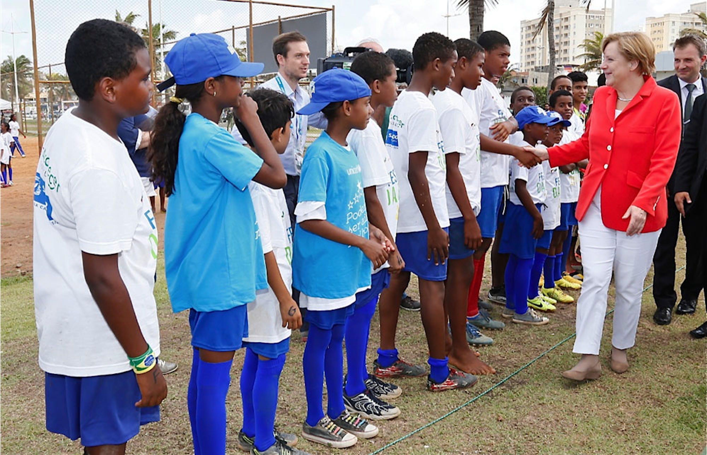 Angela Merkel con i bambini di Salvador de Bahia coinvolti nel progetto