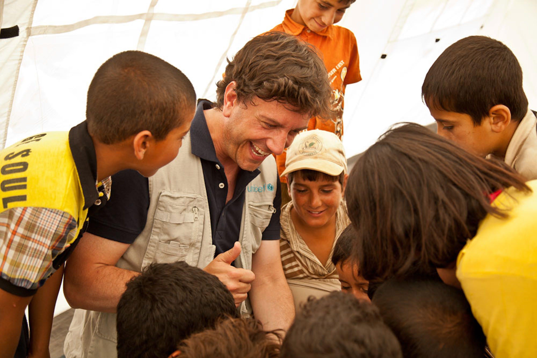 Il portavoce dell'UNICEF Italia Andrea Iacomini con alcuni bambini siriani in un campo profughi del Libano, giugno 2014 - ©Alberto Rinonapoli/UNICEF Italia/2014